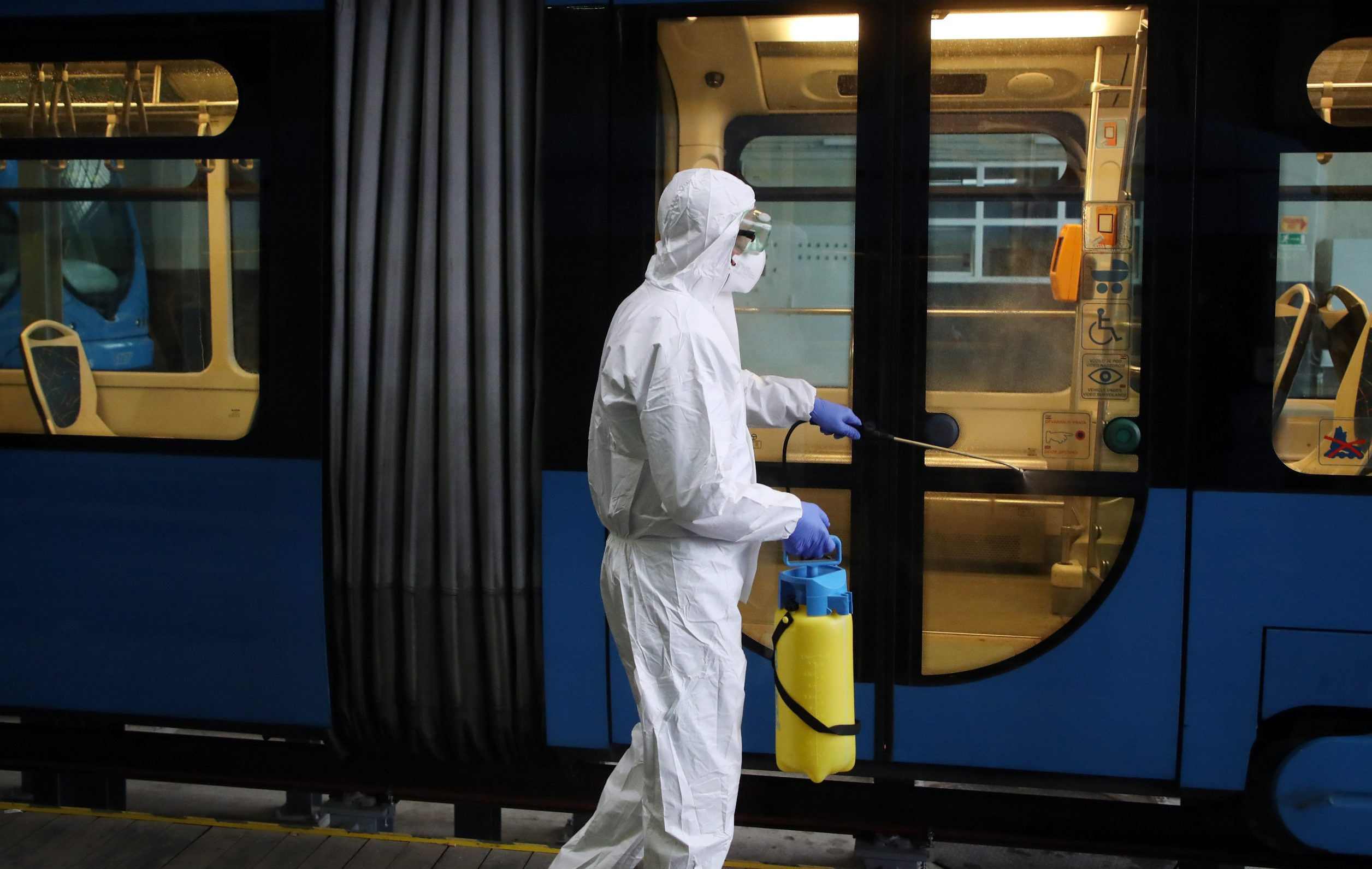 dezinfekcija_tramvaja1-130320