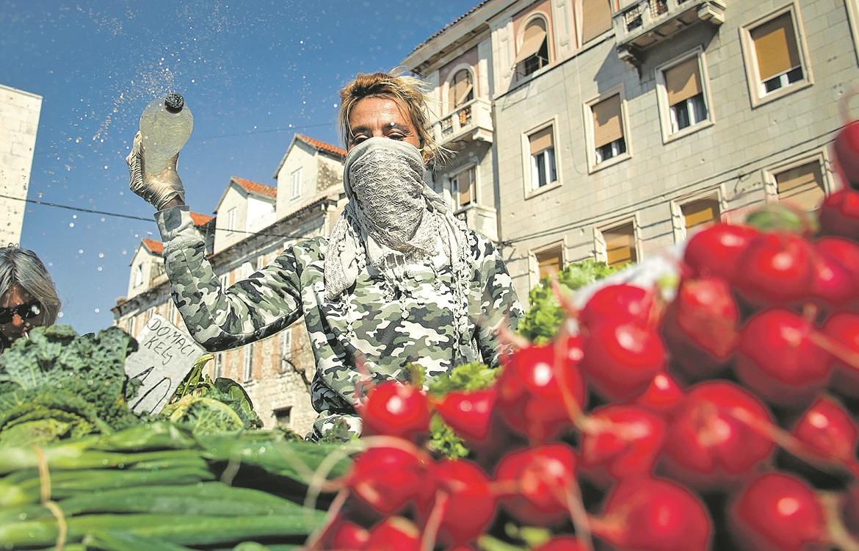 Split, 200320 Atmosfera na splitskom pazaru u vrijeme korona virusa. Prodaja voca i povrca odvija se normalno iako su standovi slabije popunjeni. Od danas zabranjena prodaja cvijeca. Foto: Tom Dubravec / CROPIX
