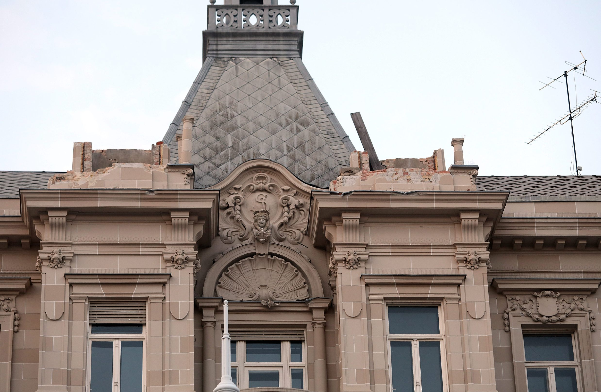 Zagreb, 220320. Trg bana Jelacica. Veliki potres u Zagrebu.  Vatrogasci srusili kupolu na vrhu zgrade koja je stradala u potresu.  Na fotografiji: zgrada bez kupola. Foto: Rank Suvar / CROPIX