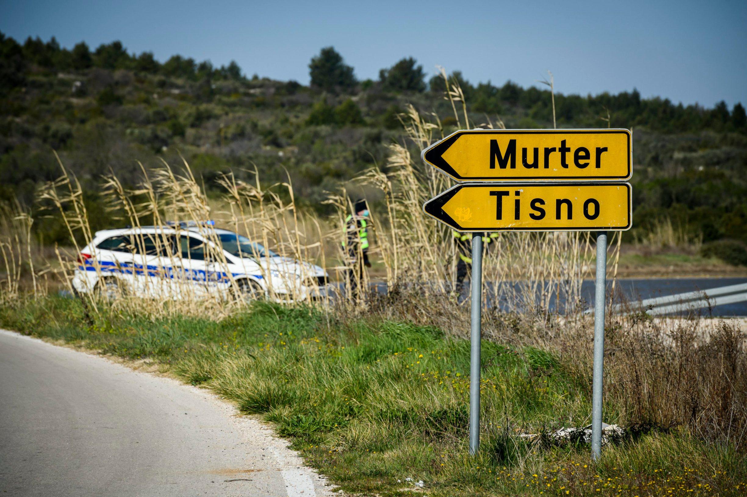Sibenik, 230320. Policijska blokada prometa na jedinom kopnenom ulazu na otok Murter zbog pojave korona virusa na otoku. Foto: Niksa Stipanicev / CROPIX