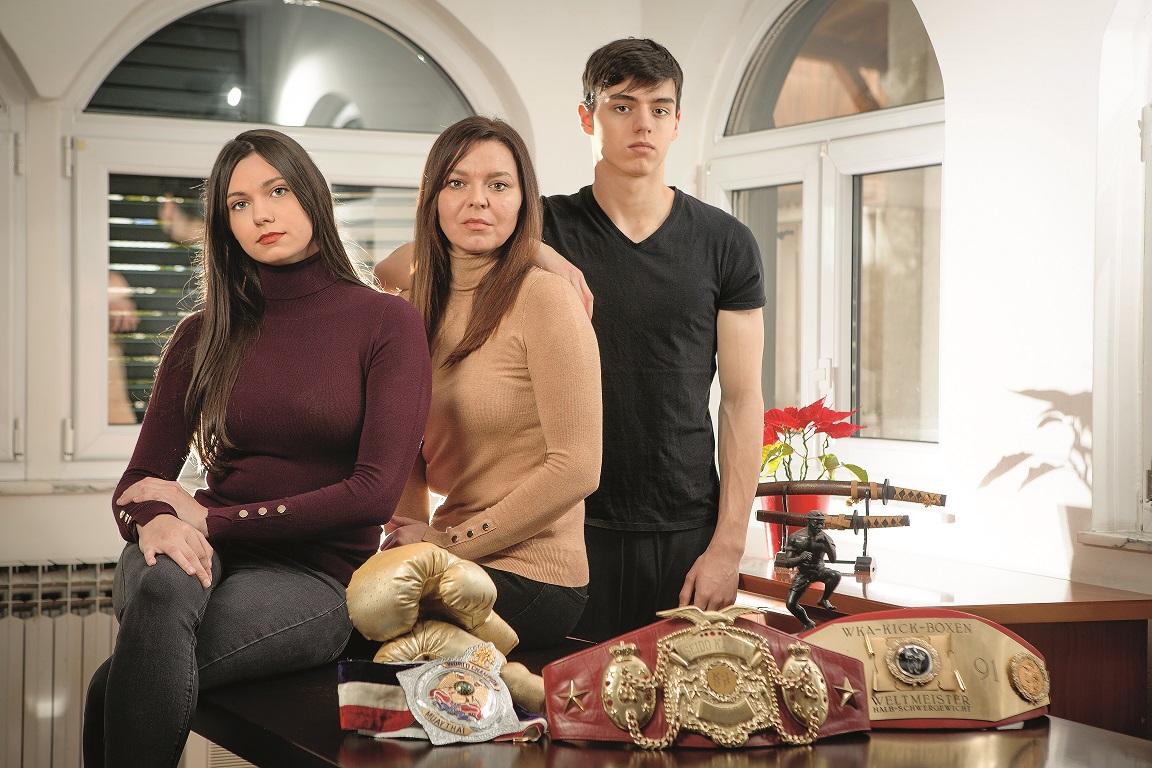 Ivana Davidovski Cikatic,supruga Branka Cikatica snimljena ui svom domu u Solinu kod Splita,na slici sa djecom,Lucijom i Brunom 250118