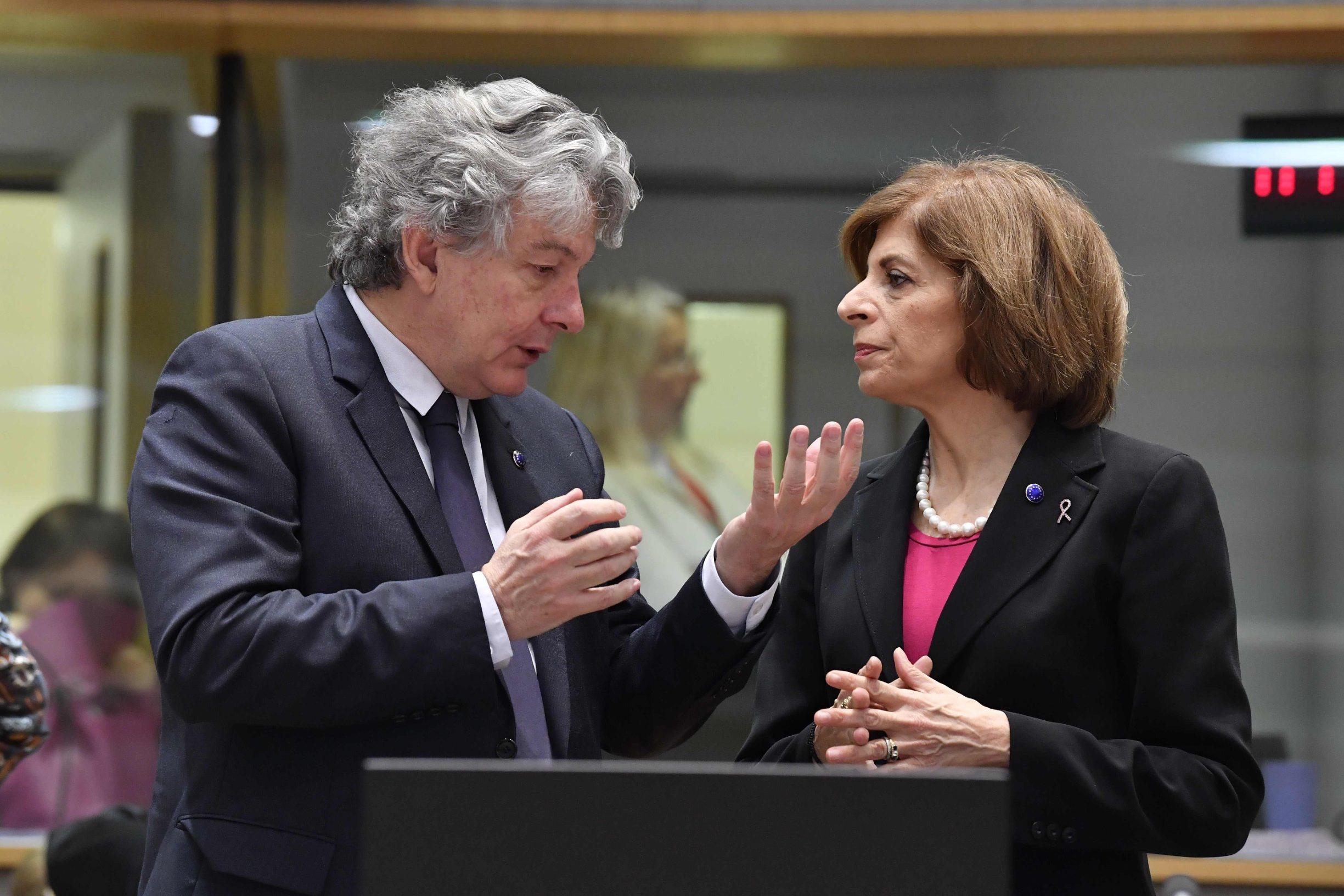 Thiery Breton, povjerenik za unutarnje tržište u razgovoru s povjerenicom za zdravstvom, Stellom Kyriakides