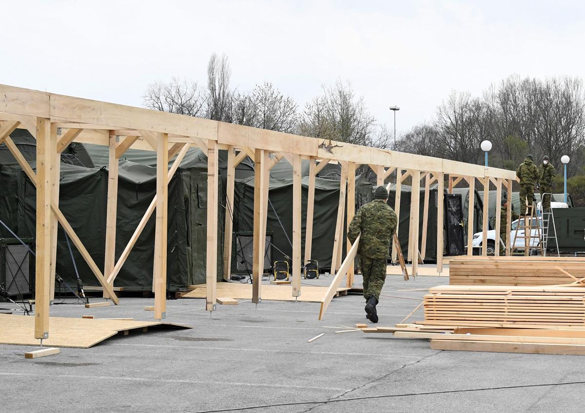 Pripadnici HV-a grade natkriveni prostor pokraj KB Dubrava