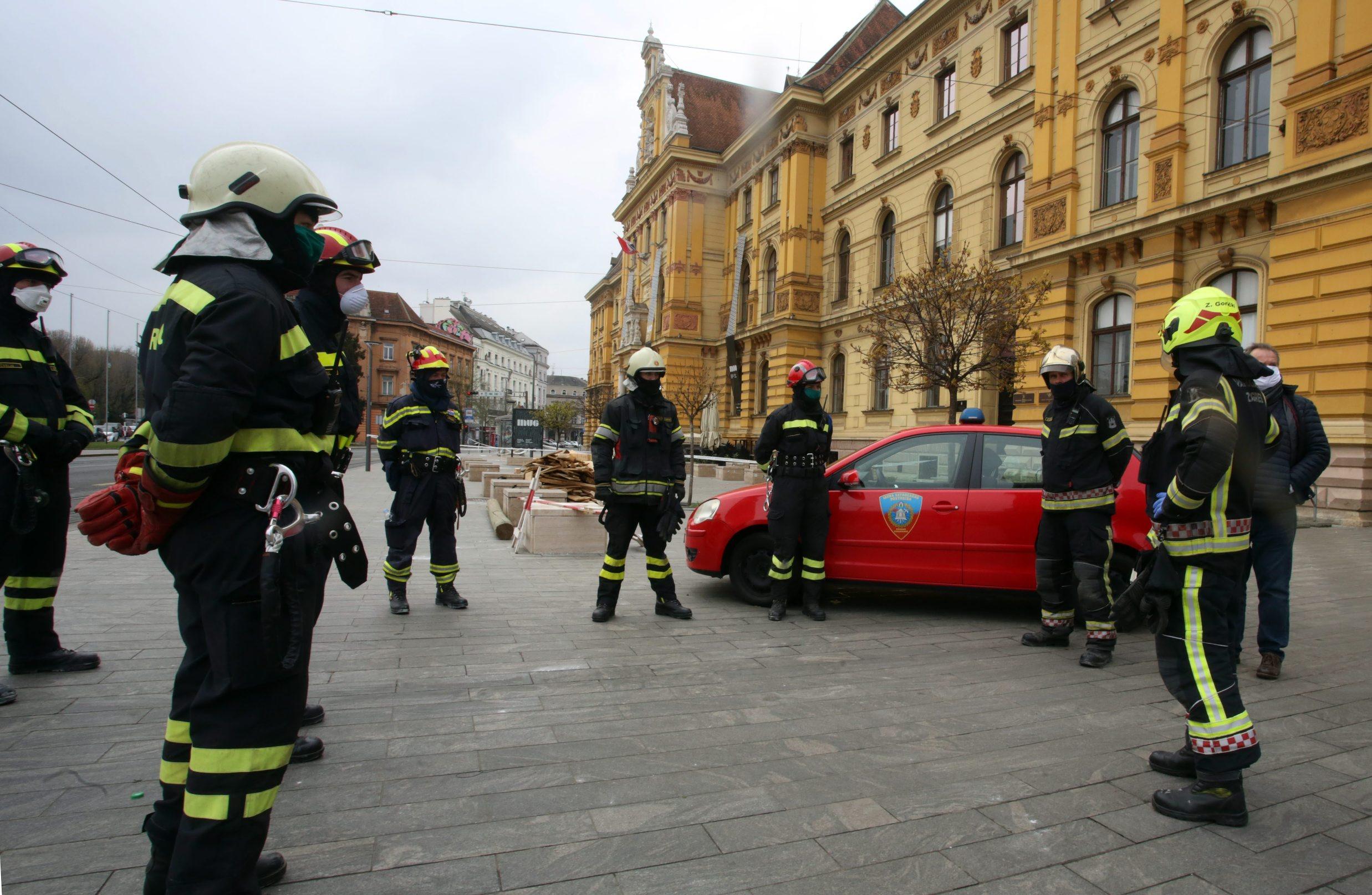 Zagreb, 240320. Muzej za umjetnost i obrt. Muzej je u potresu pretrpio veliku stetu. Vatrogasci ispred muzeja. Foto: Damjan Tadic / CROPIX