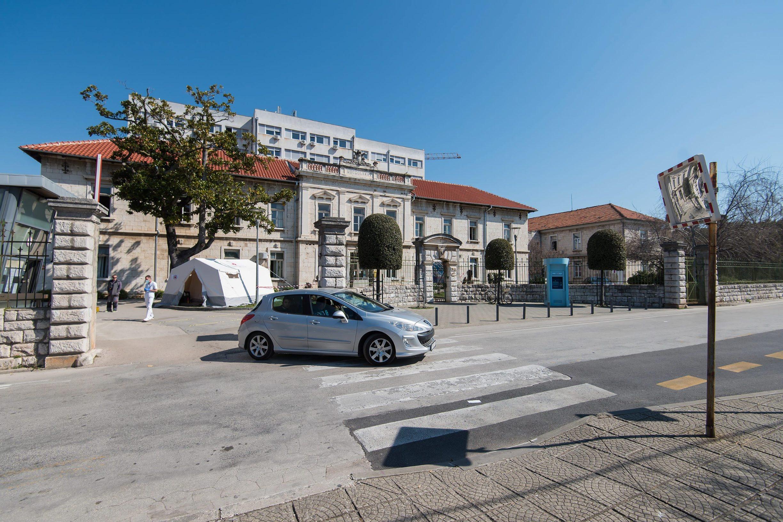 Zadar, 190320. Zadarska OB od jucer funkcionira samo sa jednim glavnim ulazom ispred kojeg dezura medicinsko osoblje i provjerava svaku osobu koja ulazi u prostor bolnice. Foto: Luka Gerlanc / CROPIX