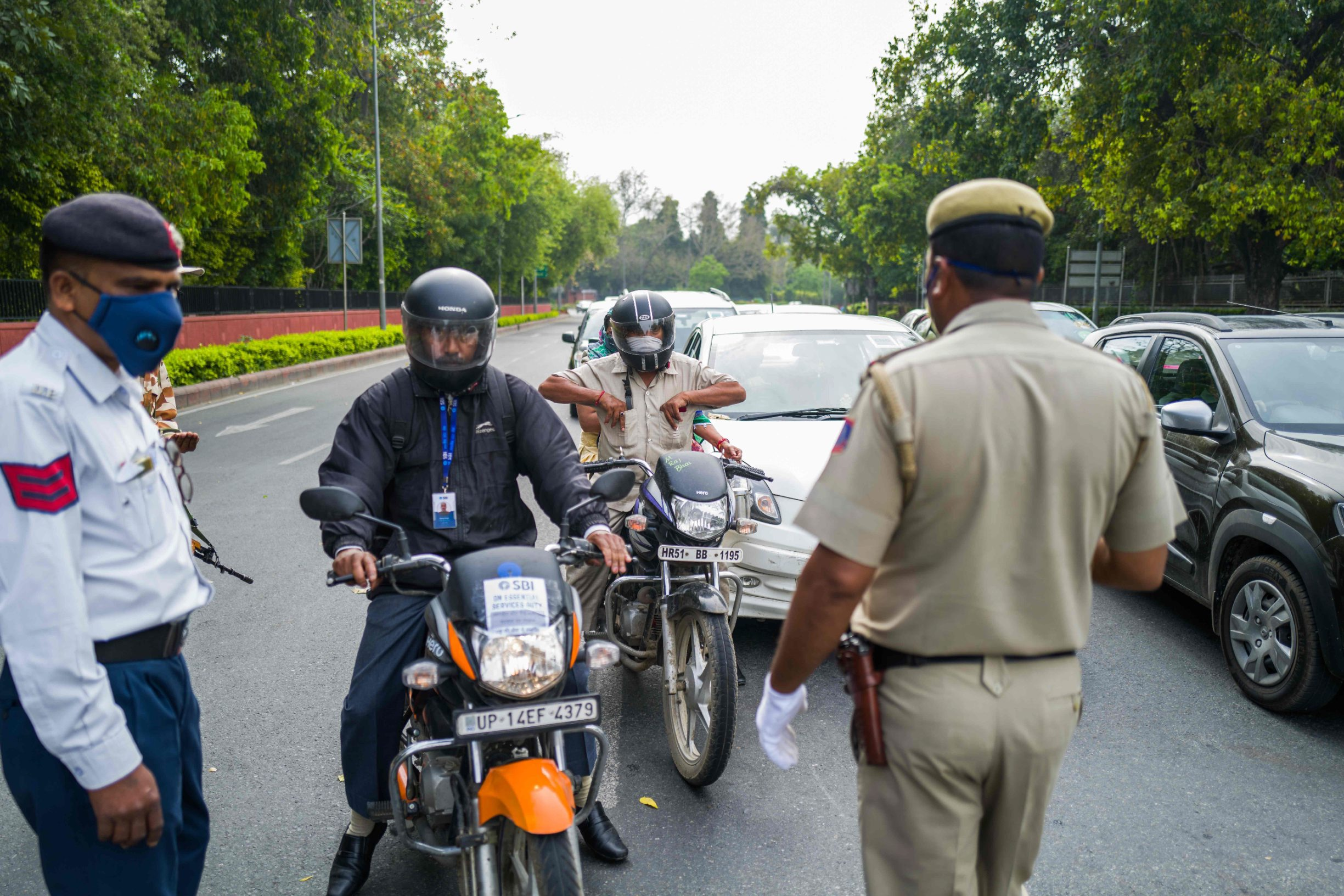Police check motorists at a checkpoint during a government-imposed nationwide lockdown as a preventive measure against the COVID-19 coronavirus in New Delhi on March 26, 2020. (Photo by Jewel SAMAD / AFP)
