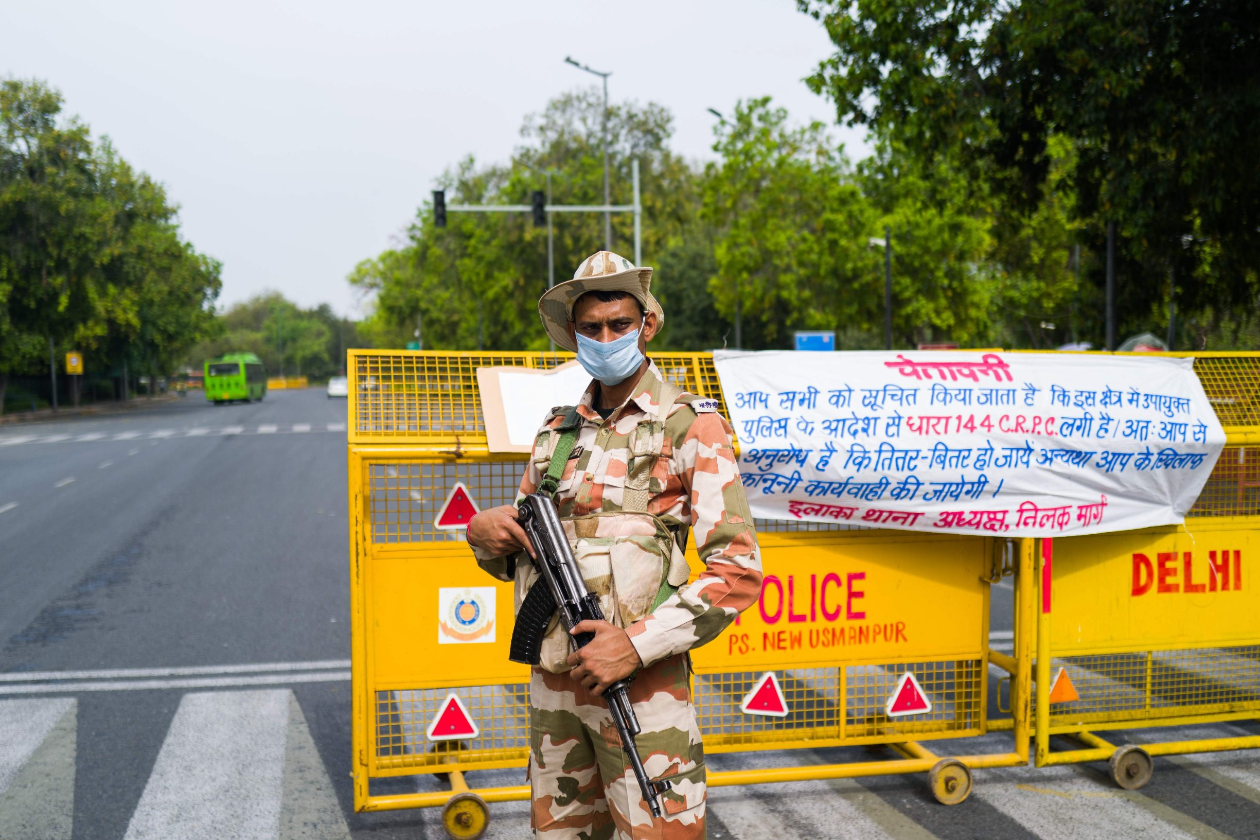 A security personnel stands guard at a checkpoint during a government-imposed nationwide lockdown as a preventive measure against the COVID-19 coronavirus in New Delhi on March 26, 2020. (Photo by Jewel SAMAD / AFP)