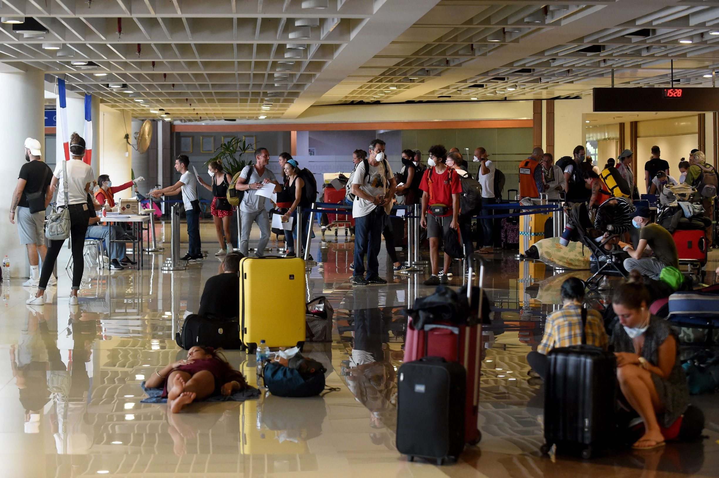 Turisti zatočeni na Baliju u prostorijama Međunarodne zračne luke Ngurah Rai čekaju evakuaciju