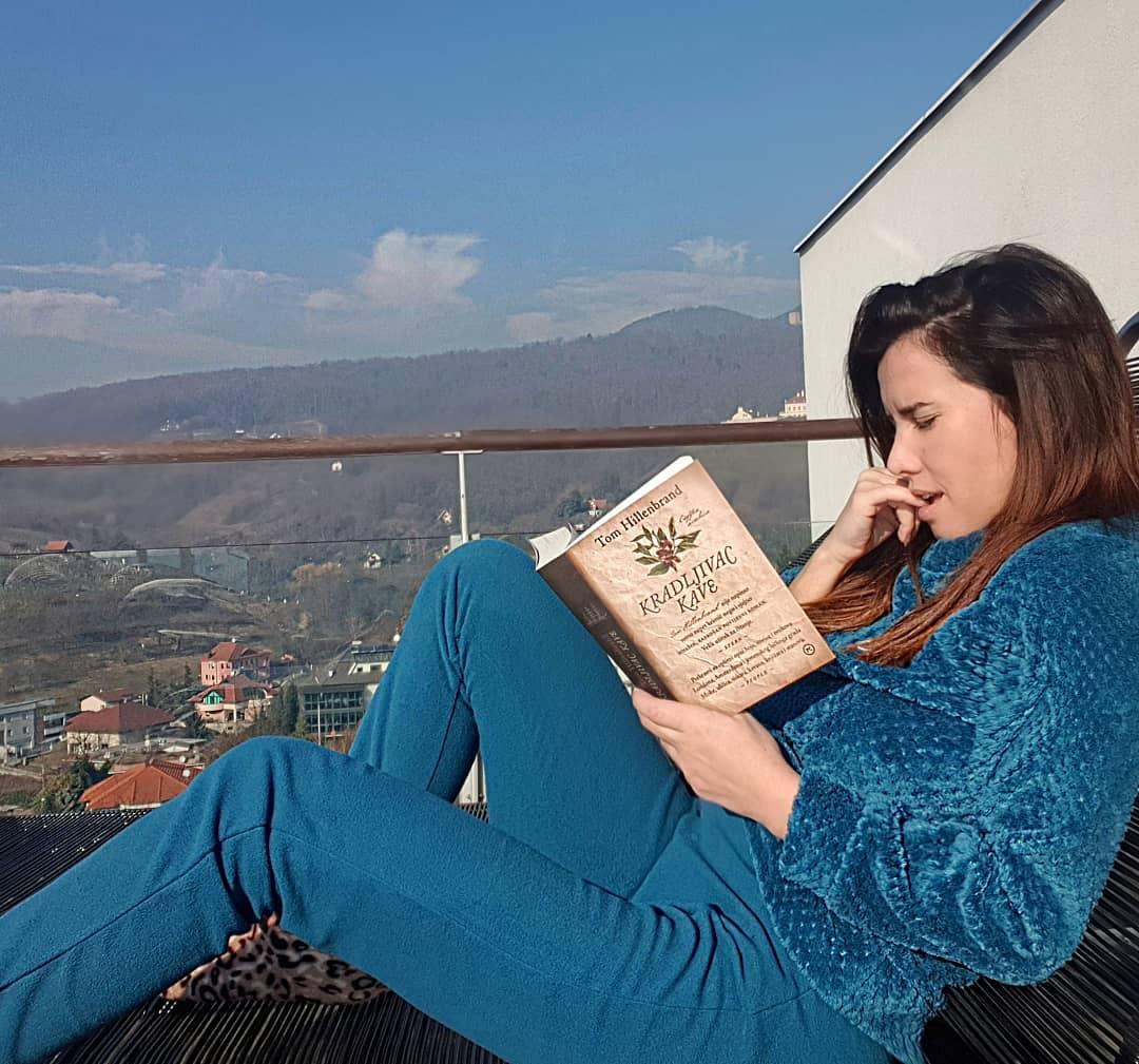 Nives Celzijus čita knjigu na svojoj terasi