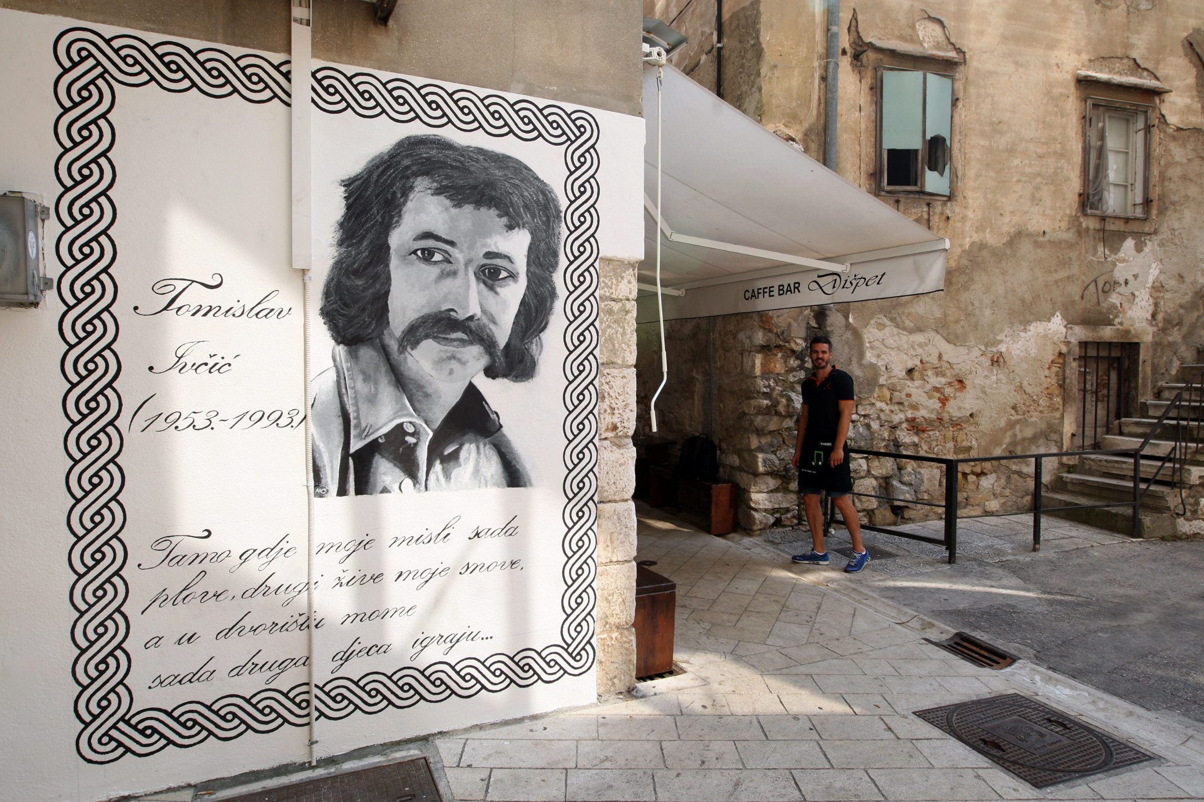Zadar, 120713. U zadarskoj Varosi napravljen grafit posvecen nikad prezaljenom, prerano preminulom kantautoru Tomislavu Ivcicu, koji je 1993. godine poginuo je u prometnoj nesreci u Zagrebu, kad je bio na vrhuncu skladateljske i pjevacke karijere.  Foto: Jure Miskovic / CROPIX