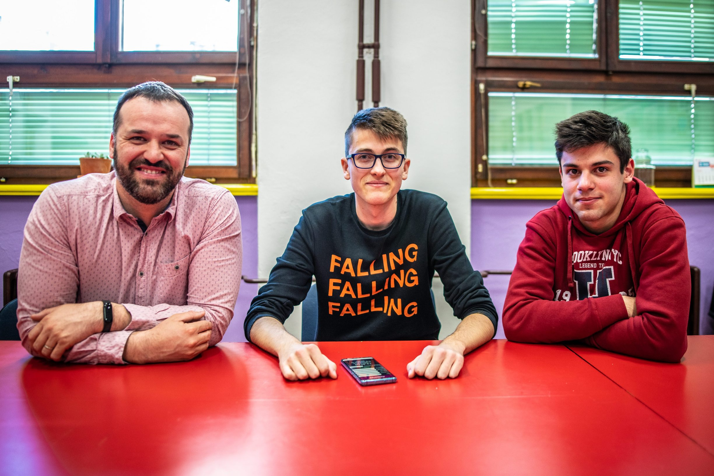 """Profesor i mentor Nikola Vujačić, Toni Borina i Damir Numić-Meša, inovatori i maturanti Gimnazije Pula osmislili aplikaciju """"Škola na dlanu"""""""