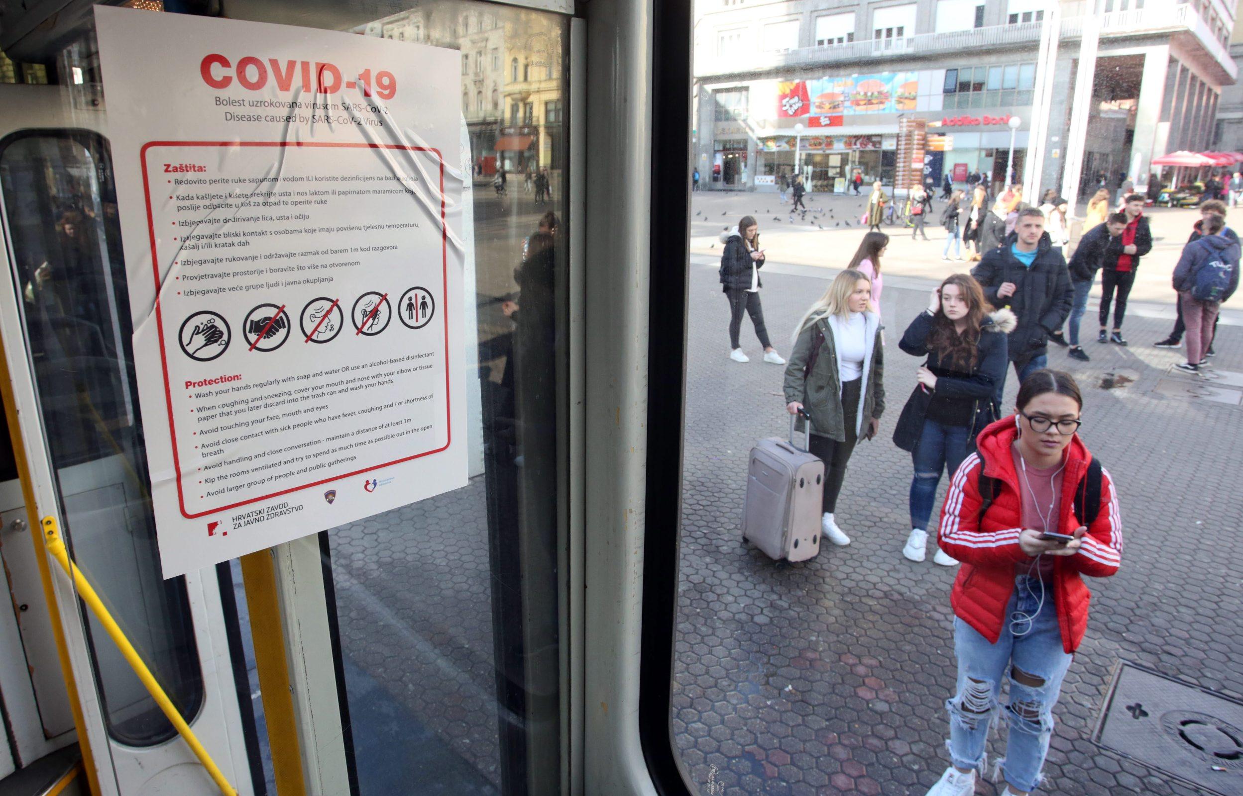 Zagreb, 060320. Trg bana Josipa Jelacica. ZET plakatima u svojim vozilima savjetuje gradjanje kako se zastiti od  koronavirusa.   Foto: Damjan Tadic / CROPIX