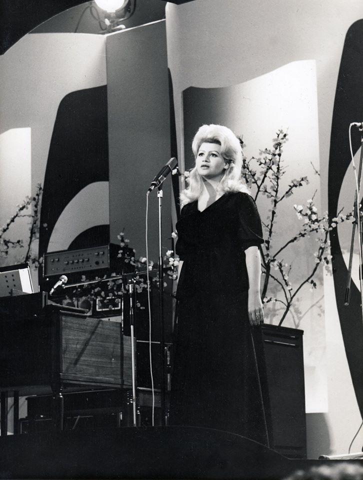 Od svojih ranih godina prometnula se u veliku pjevačku divu.