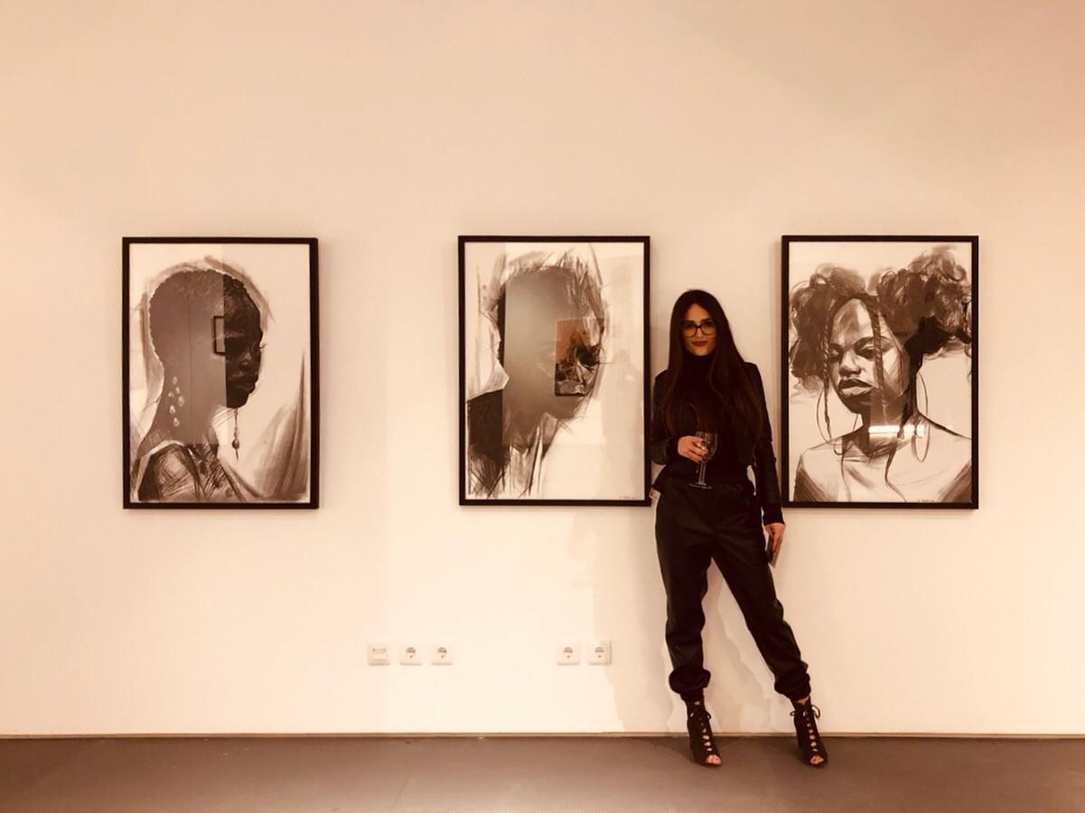 Hana na otvorenju prve samostalne izložbe u gradu Tomaru.