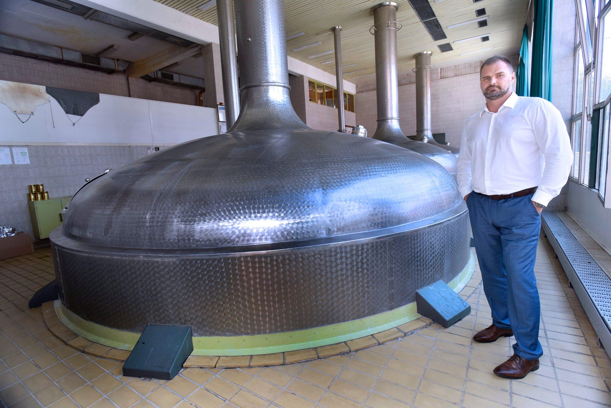 Daruvar, 230818. Postrojenja Daruvarske pivovare. Na fotografiji: Direktor Daruvarske pivovare Sinisa Lukac u kojima se proizvodi razna kraft piva stoji pored kotlova za kuhanje piva. Foto: Krasnodar Persun / CROPIX