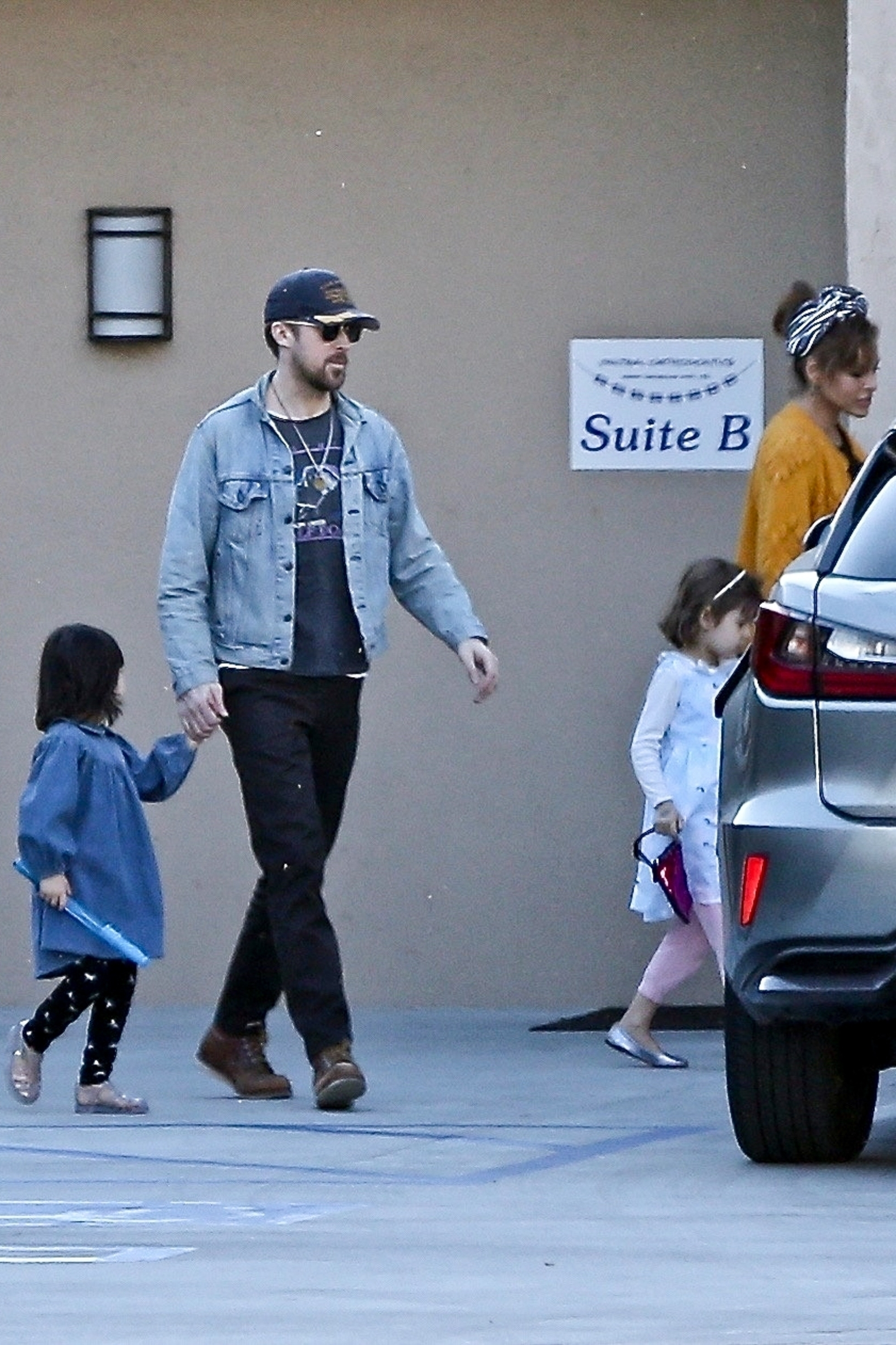 Los Angeles, CA  - *EXCLUSIVE*  - Eva Mendes and Ryan Gosling take their kids to lunch on Valentine's day. Eva can be seen holding flowers as the family heads back to their car.  *UK Clients - Pictures Containing Children Please Pixelate Face Prior To Publication*, Image: 498679098, License: Rights-managed, Restrictions: , Model Release: no, Credit line: BACKGRID / Backgrid USA / Profimedia