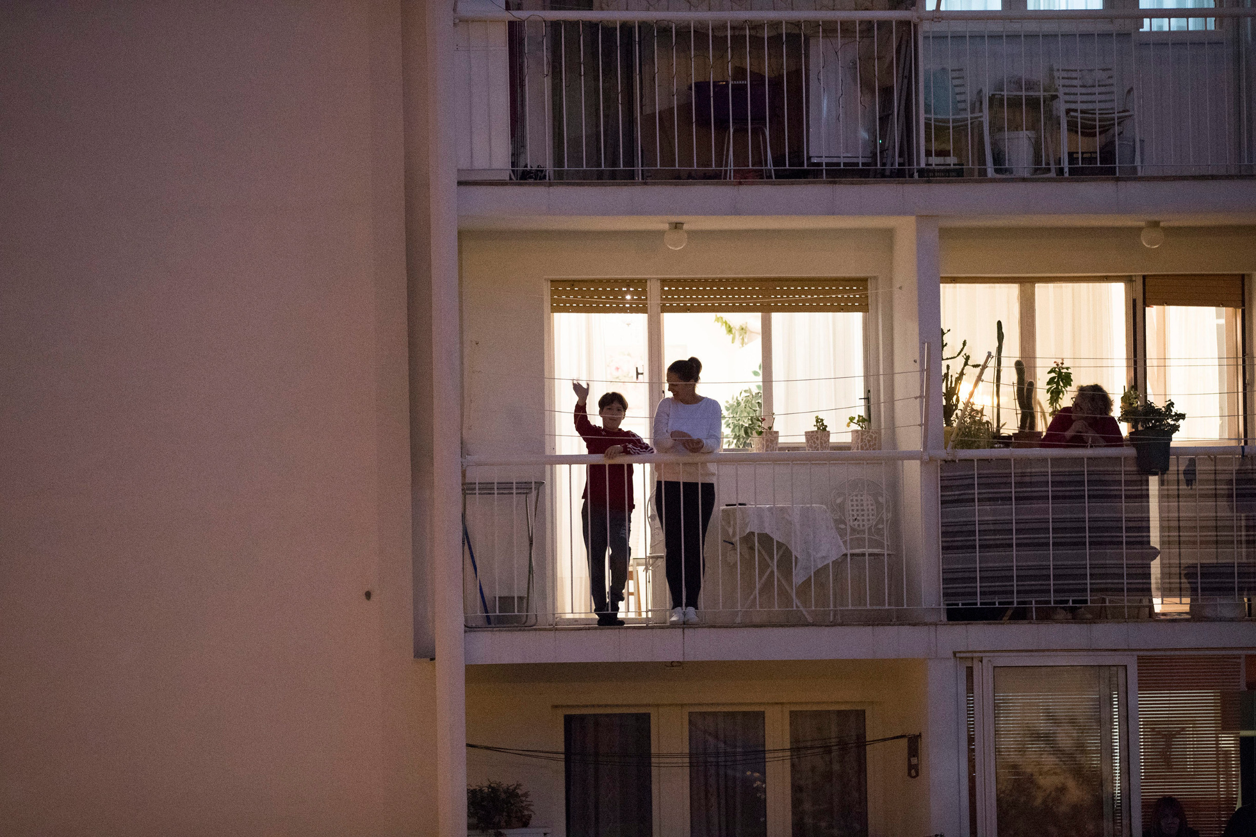 Split, 100420. Nakon odrzane svete mise svecenik je u Zupi Gospe Fatimske Skrape ponio kriz ulicama Blatina i Skrapa. Na fotografiji: vjernici izasli na balkone. Foto: Vladimir Dugandzic / CROPIX