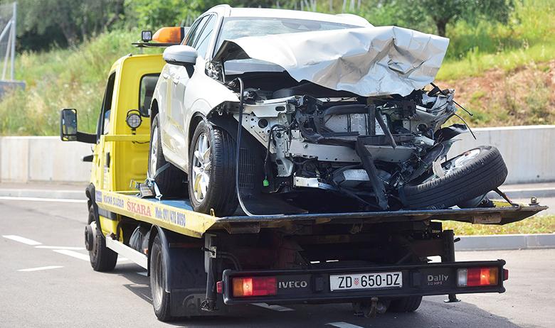 Zadar, 060718. U teskoj prometnoj nesreci koja se dogodila oko 12 sati, na drzavnoj cesti D8 u mjestu Posedarje smrtno je stradao muskarac sa zadarskog podrucja. Prometna nesreca se dogodila izmedju Posedarja i Maslenickog mosta, a u nesreci su sudjelovala tri vozila, dva zadarskih oznaka u jednom od kojih je stradao muskarac, te automobil vukovarskih registracija. Na fotografiji: vucna sluzba odvozi vozila sudionika prometne nesrece, Volvo u kojem je navodno stradao muskarac. Foto: Luka Gerlanc / CROPIX