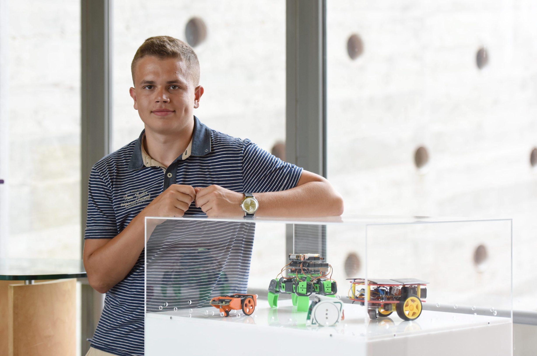 Zadar, 020819. Roko Lukenda, mladi zaljubljenik u elektrotehniku i osnivac prvog sajma robotike na otoku Pasmanu. Foto: Jure Miskovic / CROPIX
