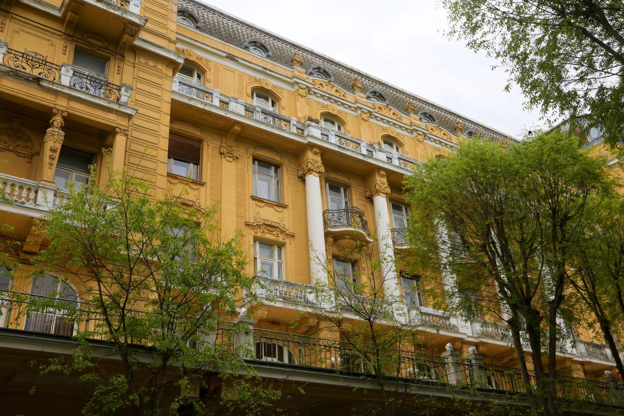 Pula, 200420.   Hotelsko-turisticko poduzece Arena Hospitality Group  kupiti ce hotel Rivieru. Vlada je na proslotjednoj sjednici donijela odluku o prodaji zgrade iz austrougarskog doba po cijeni  36 i pol milijuna kuna. Time je rijeseno i dugogodisnje pitanje vlasnistva nekadasnjeg raskosnog, a sada derutnog zdanja na pulskoj rivi te je okoncan imovinsko-pravni spor izmedju drzave i pulske grupacije. Arena Hospitality Group ce ovaj hotel pretvoriti u prvi Art hotel na Jadranu. Foto: Goran Sebelic / CROPIX