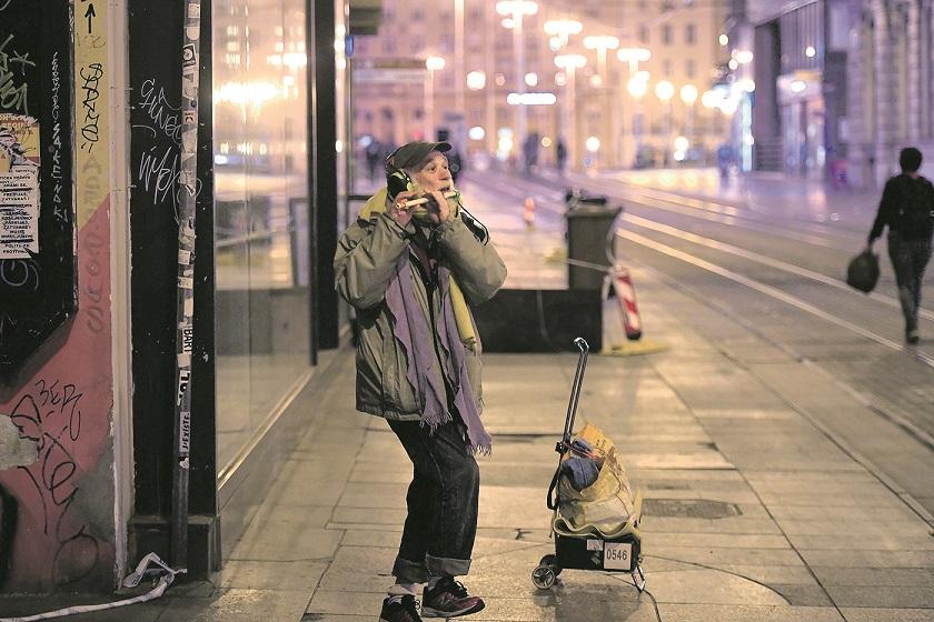 Zagreb, 220420. Ilica. Ulicni svirac Deni svira na flautu Bachovu simfoniju rijetkim prolaznicima za vrijeme pandemije koronavirusa. Foto: Goran Mehkek / CROPIX