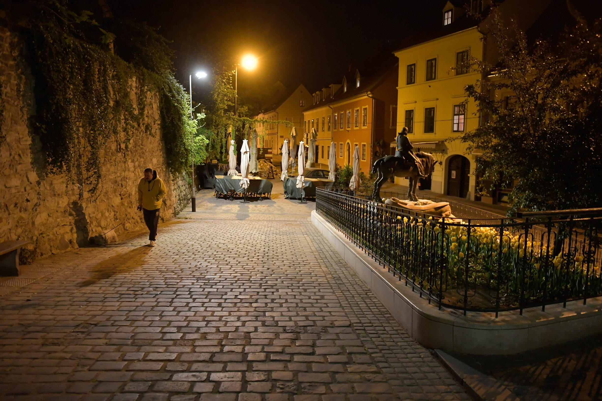 Zagreb, 220420. Kamenita vrata. Nocna reportaza o atmosferi u centru grada za vrijeme pandemije virusa. Foto: Goran Mehkek / CROPIX