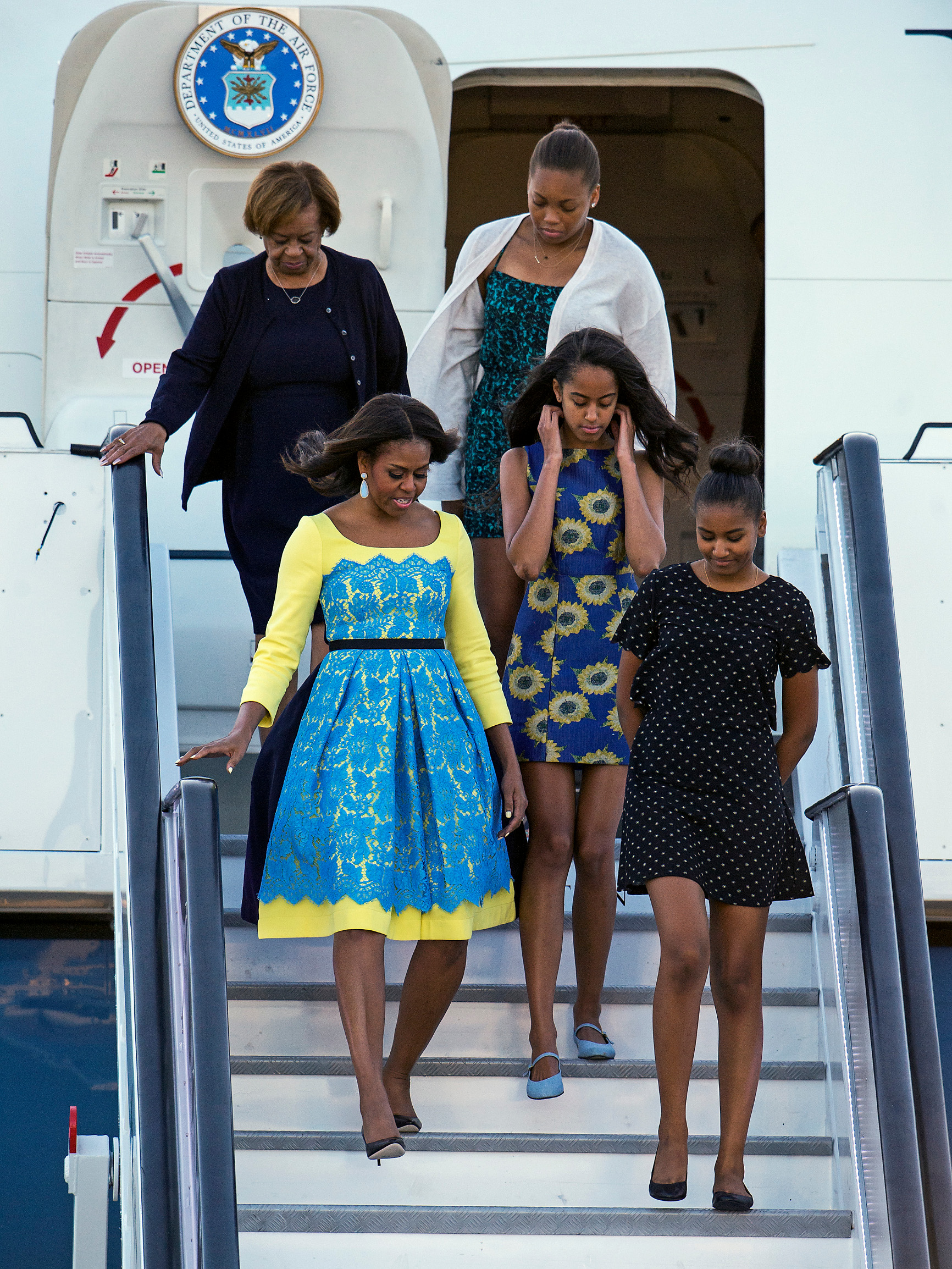 15/06/2015. Stansted, UK. First Lady MICHELLE OBAMA arrives in the UK at Stansted Airport accompanied by her mother, Marian Robinson, and daughters Malia and Sasha for the start of a three day visit to the UK. During the visit the First Lady and her family will meet with students at Mulberrry School for Girls and have Tea with Prime Minister David Cameron and Samantha Cameron., Image: 249845652, License: Rights-managed, Restrictions: *** UK Out ***, Model Release: no, Credit line: Ben Cawthra / ddp USA / Profimedia