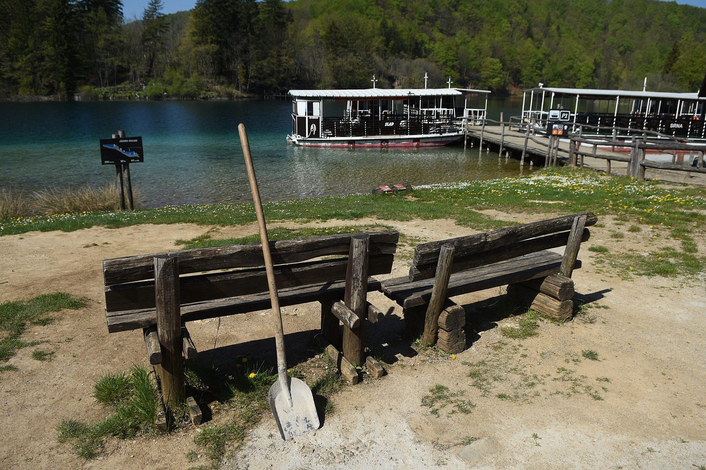 Plitvicka Jezera, 240420. Prvi put u svojoj povijesti Nacionalni park Plitvicka jezera zatvoren je za posjetitelje u sezoni. Na fotografiji: Klupa u nacionalnom parku. Foto: Robert Fajt / CROPIX