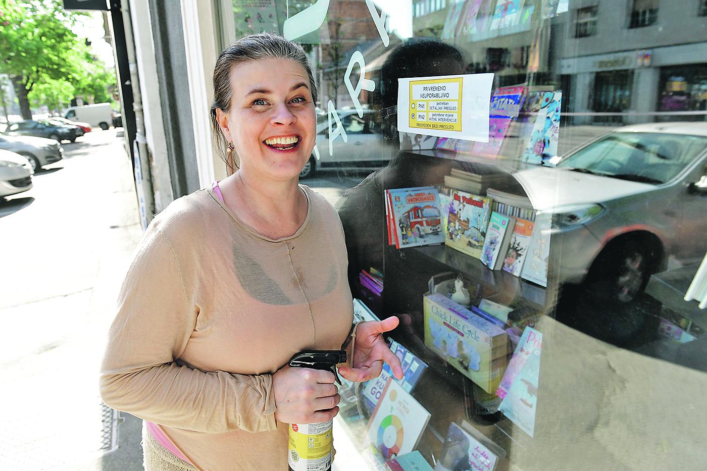 Zagreb, 240420. Maksimirska 39. Martina Petrinjak, vlasnica male knjizare Bookara u Maksimirskoj. Foto: Goran Mehkek / CROPIX