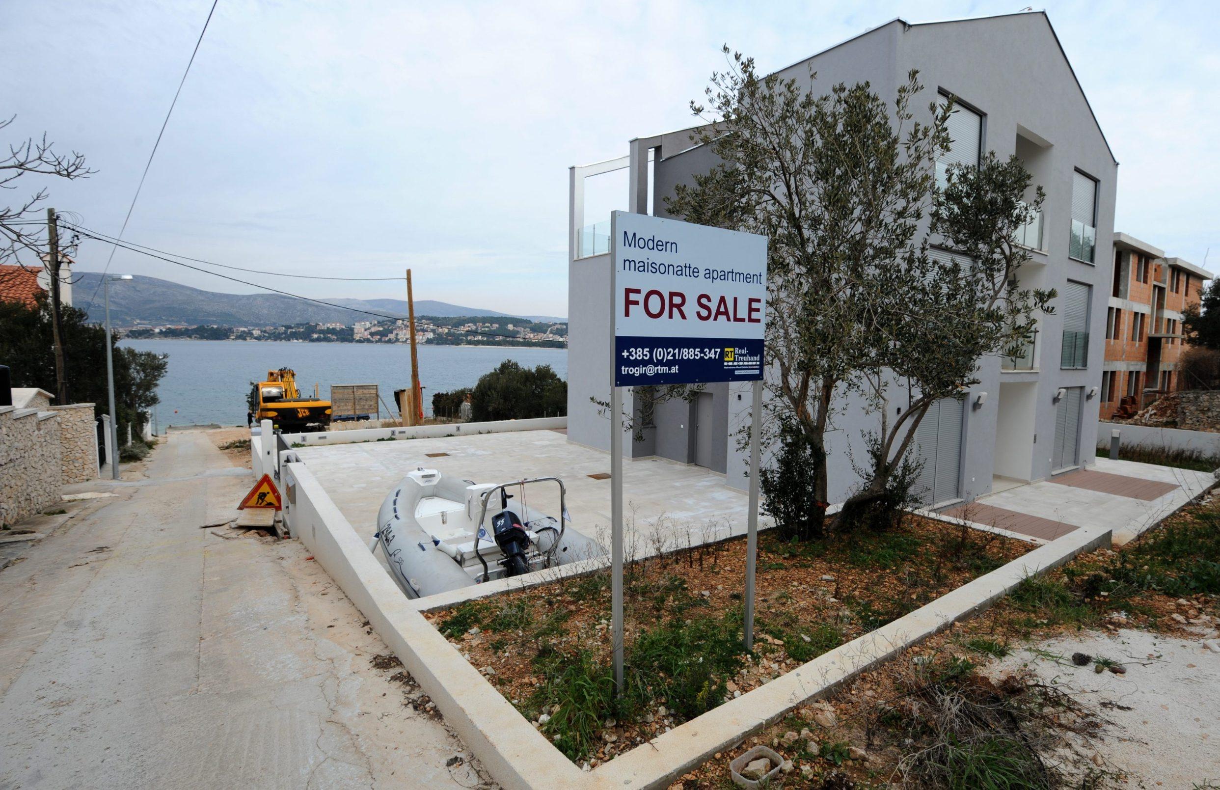 Split, 310112. Ulaskom u EU kupovina nekretnina za strance znatno je izmjenjena pa je tako vec u Okrugu kod Trogira doslo do preinaka u opcinskim odredbama. Tako su neke kuce vec krenule s izmjenama dokumentacije a neke se vec planiraju graditi po novim uvjetima. Na slici zgrada i zemljiste na kojem su kucu izgradili norveski drzavljani. Foto: Paun Paunovic / CROPIX