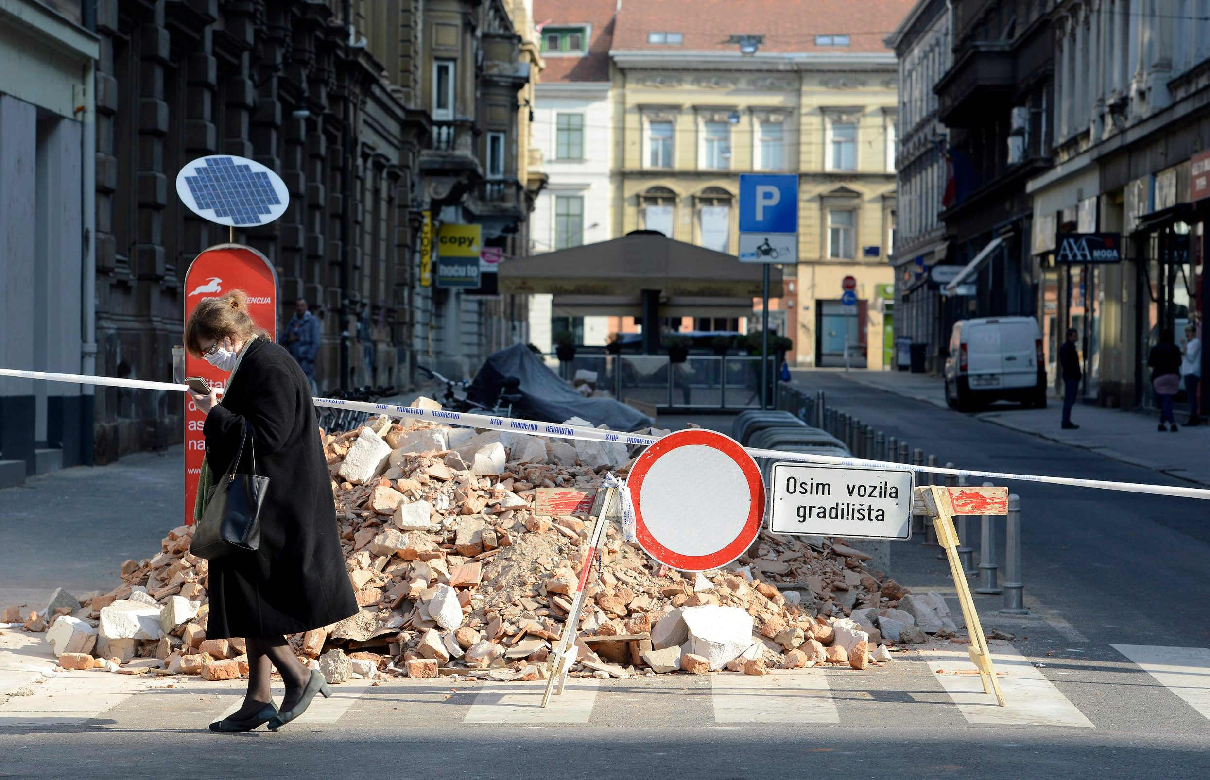 Zagreb, 100420 I davdesetak dana nakon potresa koji je pogodio Zagreb jos uvijek se na ulicama uzeg centra grada vide posljedice. Gradjevinska suta ceka na odvoz foto: Bruno Konjevic / CROPIX