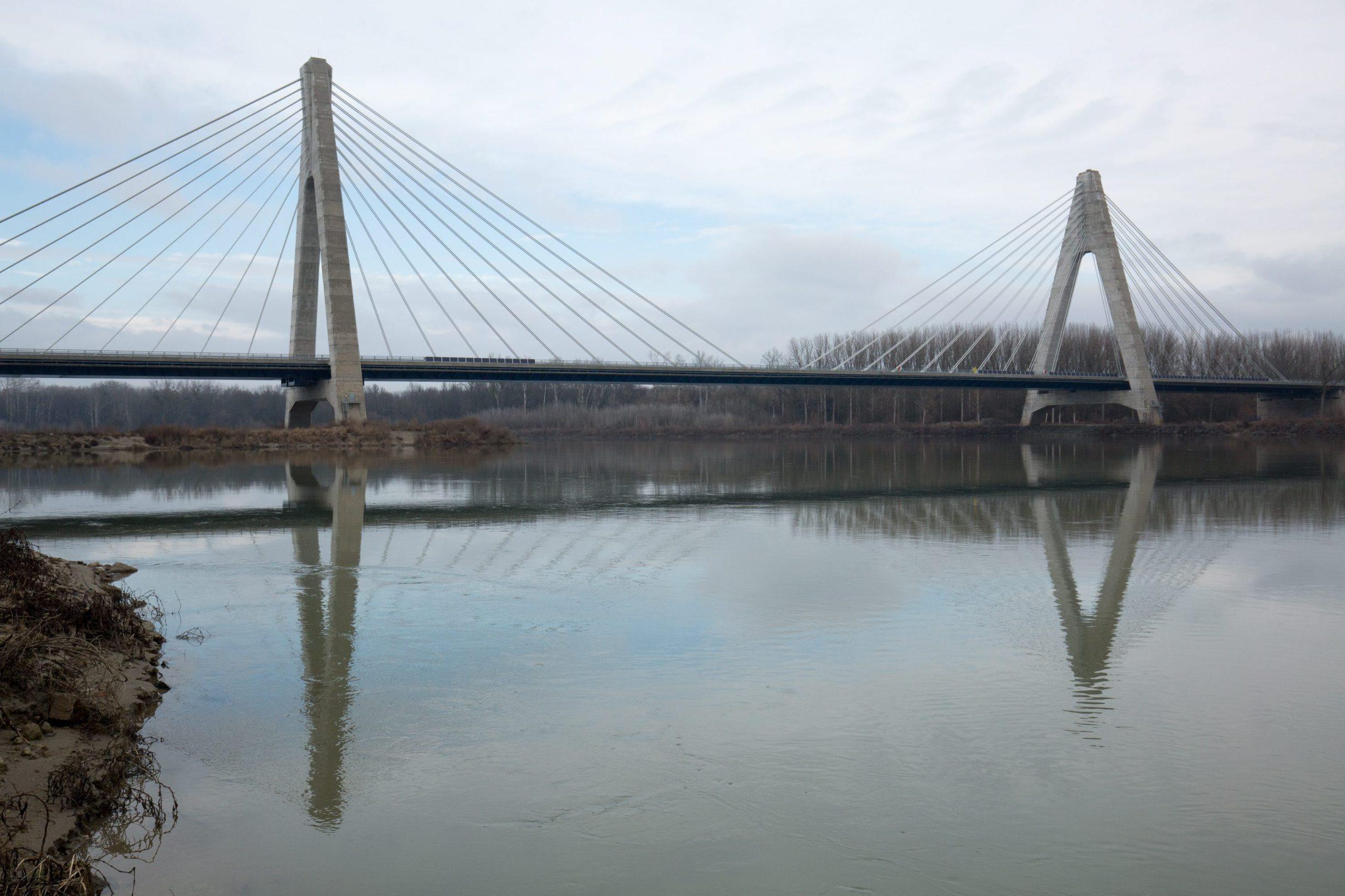 Petrijevci, 210118.  Most iznad rijeke Drave na koridoru Vc dio je dionice autoceste od Osijeka do Madjarske koja je jos uvijek u izgradnji. To je najduzi most u Hrvatskoj, dugacak je  2485 metara, a glavni raspon mu je 420 metara.  Foto: Vlado Kos / CROPIX