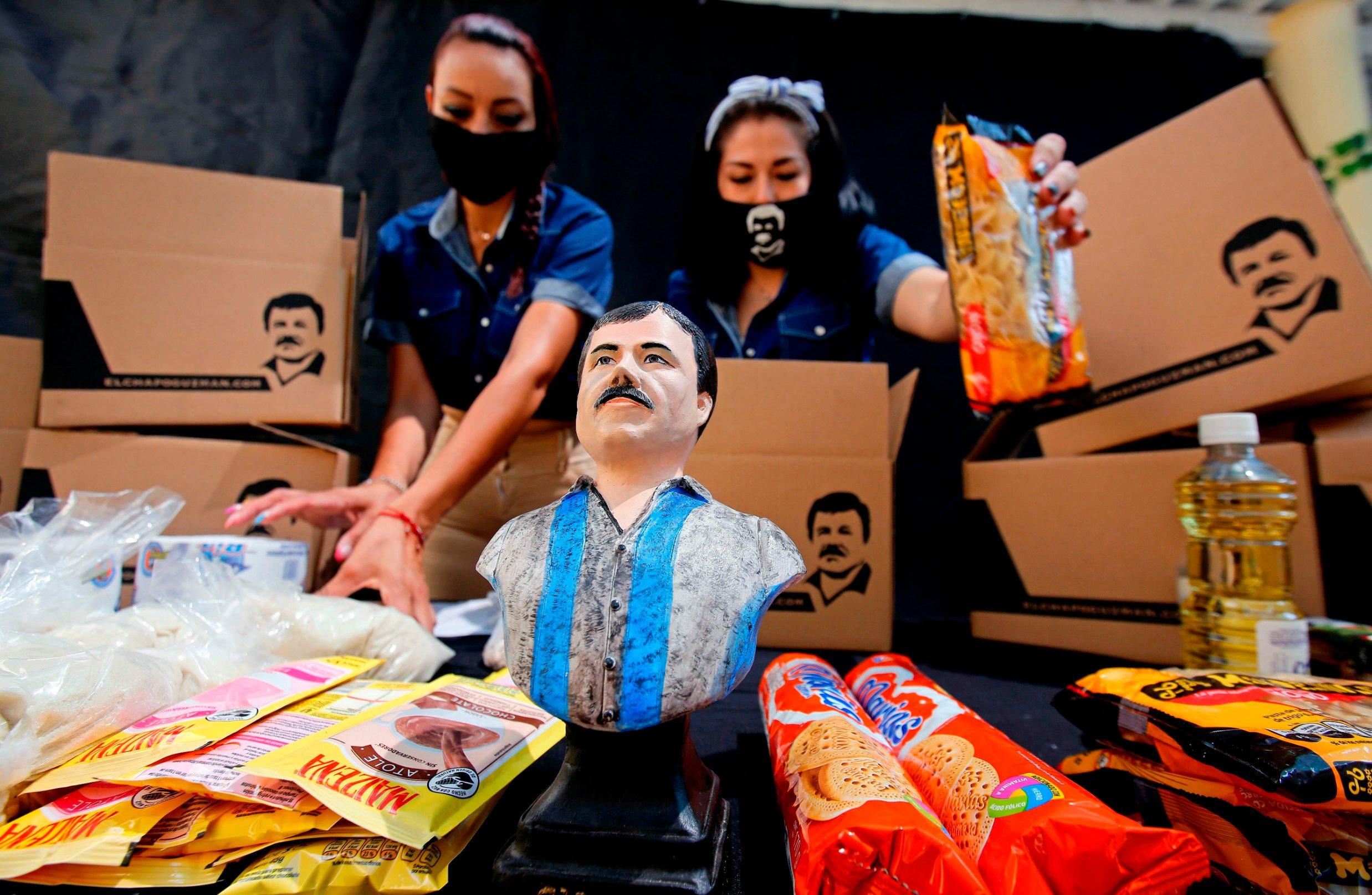 Zaposlenici tvrtke Alejandrine Guzman, kćeri narkolorda Joaqina El Chapa Guzmana, dijele pakete pomoći s likom vođe narko kartela