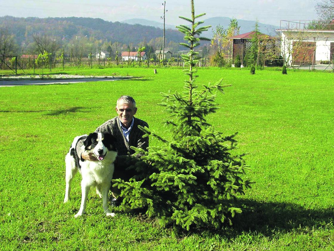 mahicno 251002 velecasni lovro zaplatic uz prvo zasadjeno drvo sa svojim psom arturom park mladenaca snimila: andreja trpcic -pok-