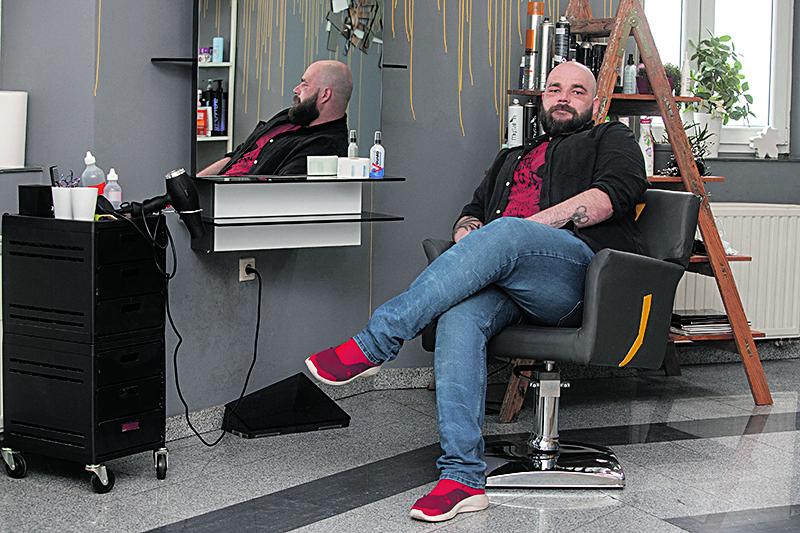 Varazdin, 300420. Tomislav Jagoic, vlasnik frizerskog salona T.J. Foto: Zeljko Hajdinjak / CROPIX