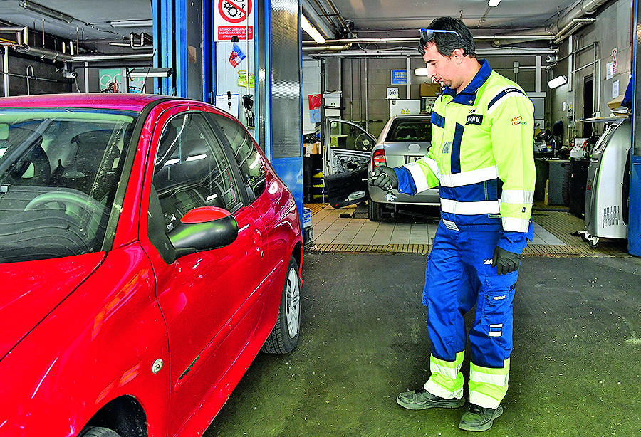 --Autoklub- Zagreb, 230420. AMK Siget. Prica o odrzavanju akumulatora. Na fotografiji: Marin Morava. Foto: Ronald Gorsic / CROPIX