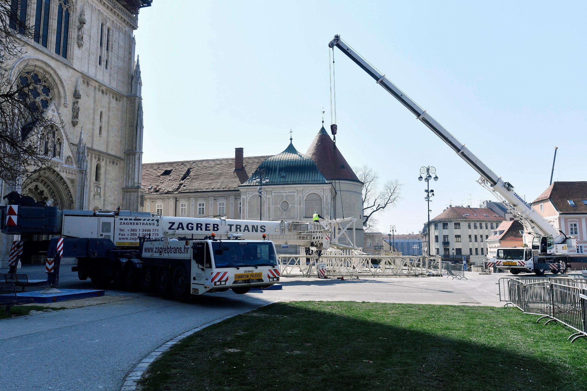 Zagreb, 030420. Radnici postavljaju dizalicu ispred katedrale kojom ce se sanirati ostecenja koja su posljedica potresa. Foto: Boris Kovacev / CROPIX