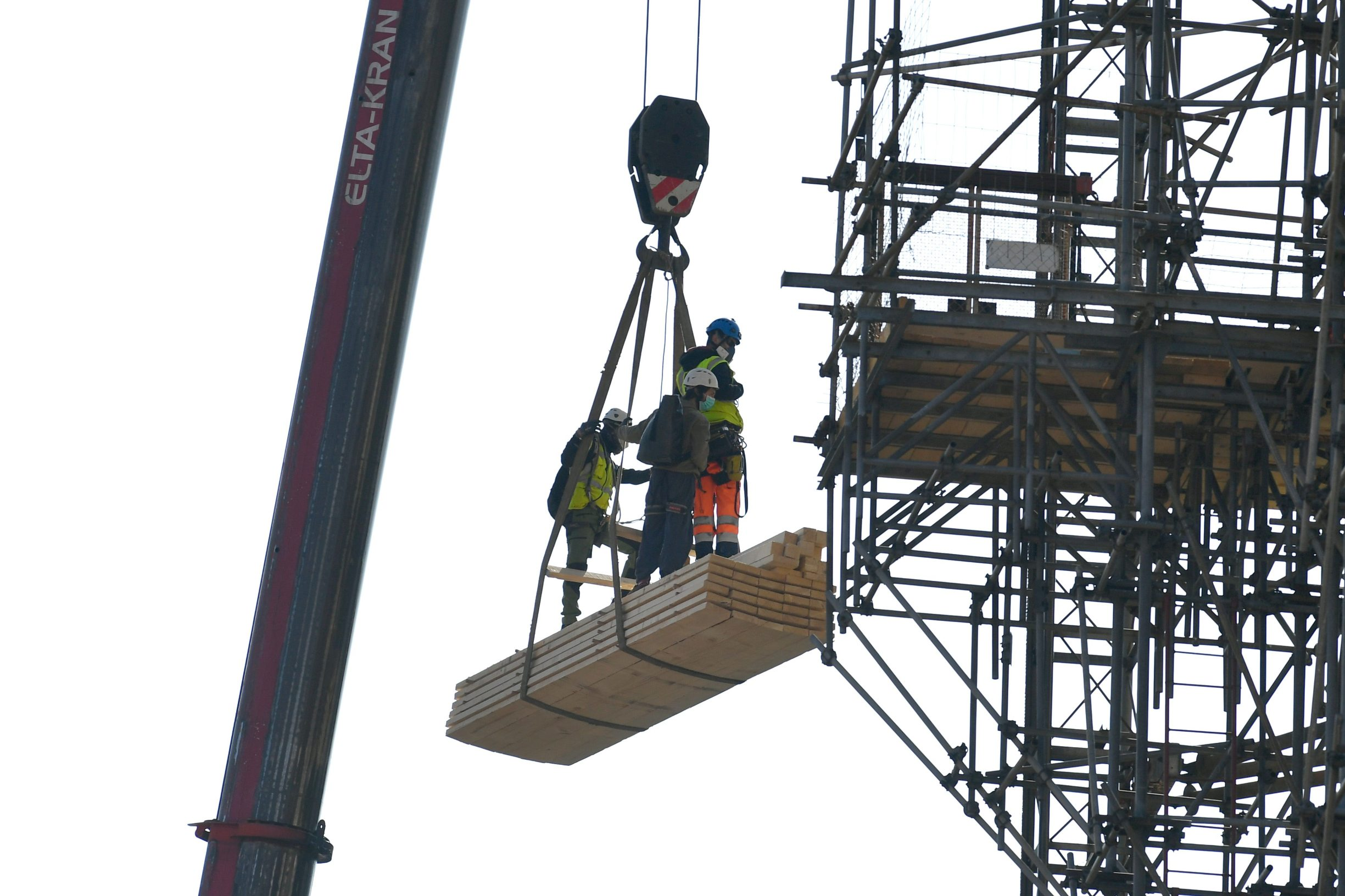 Zagreb, 040420. Kaptol. Reportaza o radovima na katedrali. Na fotografiji: Alpinisti na dizalici. Foto: Goran Mehkek / CROPIX