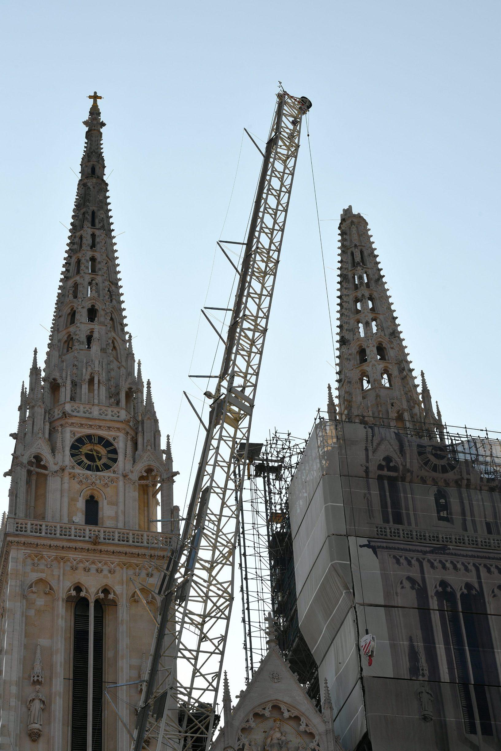 Zagreb, 040420. Kaptol. Reportaza o radovima na katedrali. Na fotografiji: Alpinisti. Foto: Goran Mehkek / CROPIX