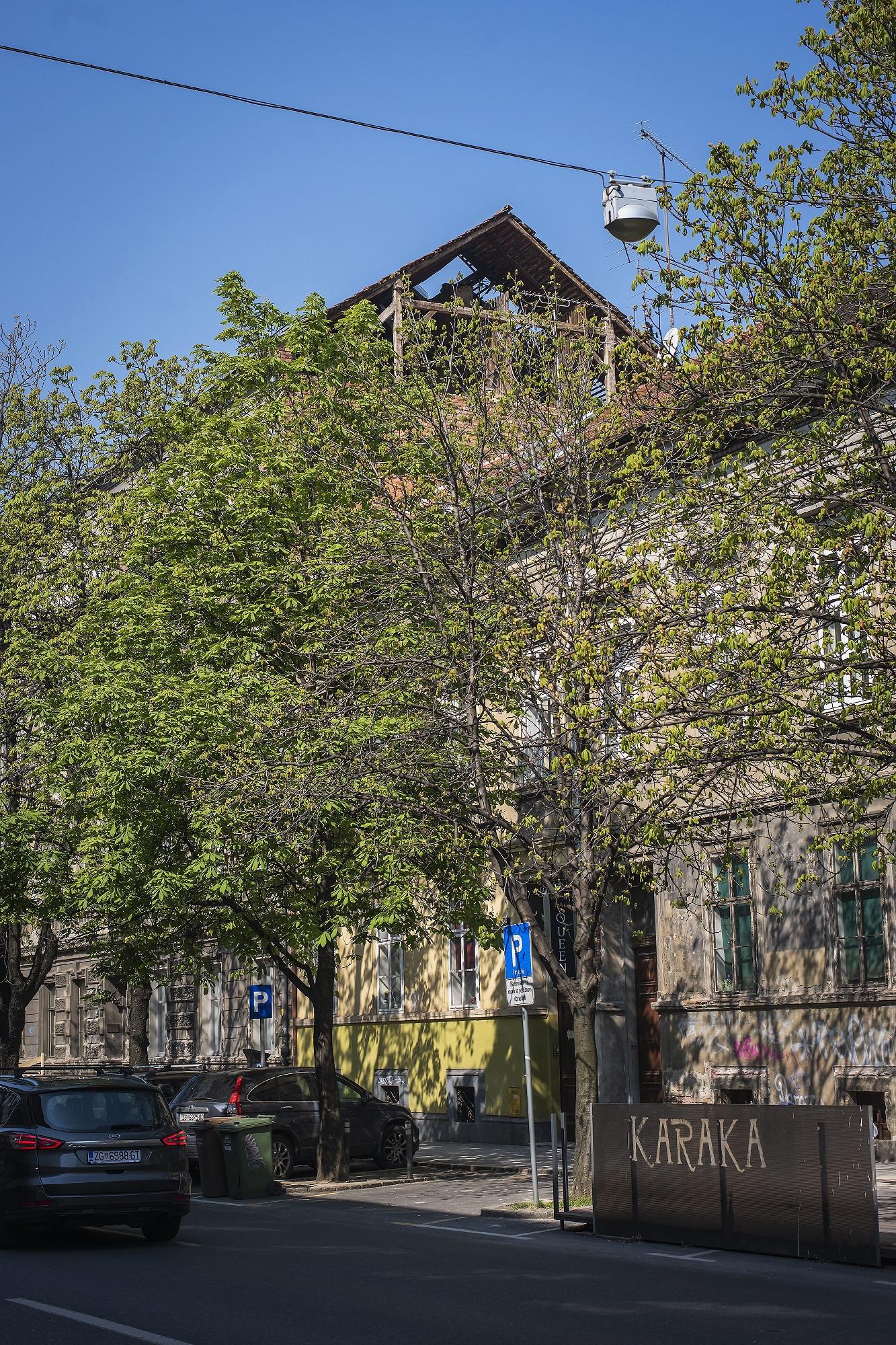 Zagreb, 030420. Knjizevnica Sanja Pilic ispred stana koji je tesko ostecen u potresu. Foto: Neja Markicevic / CROPIX