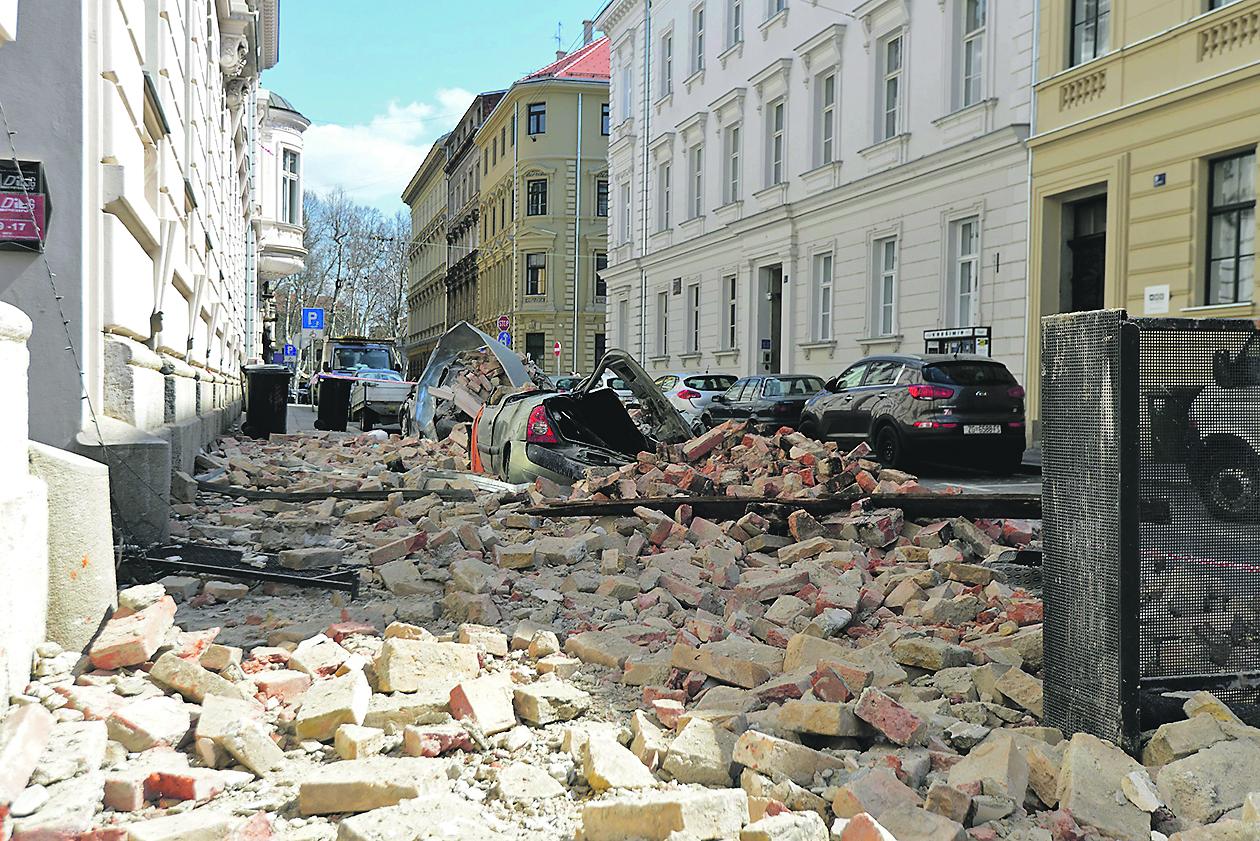 Zagreb, 010420 Ostecenja i sanacija krovova i dimnjaka nakon potresa 22. ozujka. Na fotografiji: Berislaviceva ulica. foto: Bruno Konjevic / CROPIX
