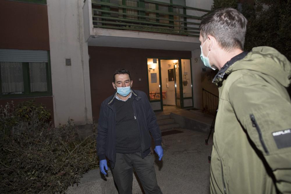 Split, 070420.  Deset osoba pozitivno je na koronavirus u Domu za starije i nemocne u Vukovarskoj ulici. Zbog pojave koronavirusa u tijeku je evakuacija sticenika.  Na fotografiji: ravnatelj Ivan Skaricic. Foto: Vladimir Dugandzic / CROPIX