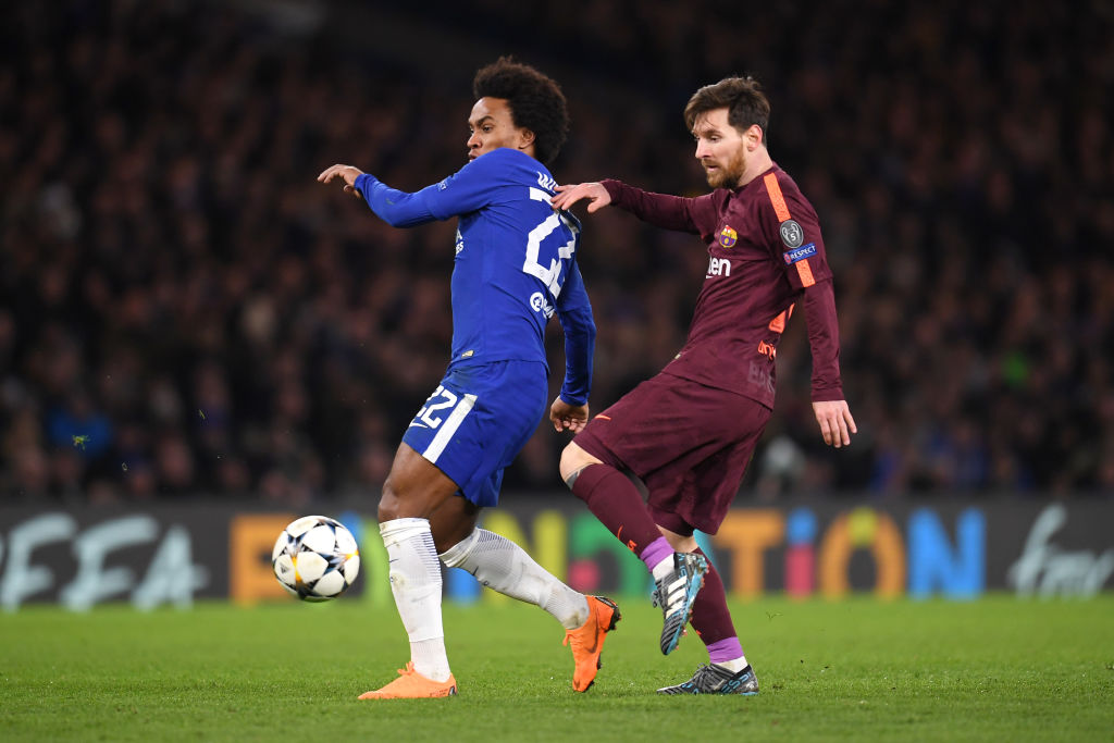 LONDON, ENGLAND - FEBRUARY 20:  Willian of Chelsea is challenged by Lionel Messi of Barcelona during the UEFA Champions League Round of 16 First Leg  match between Chelsea FC and FC Barcelona at Stamford Bridge on February 20, 2018 in London, United Kingdom.  (Photo by Mike Hewitt/Getty Images)