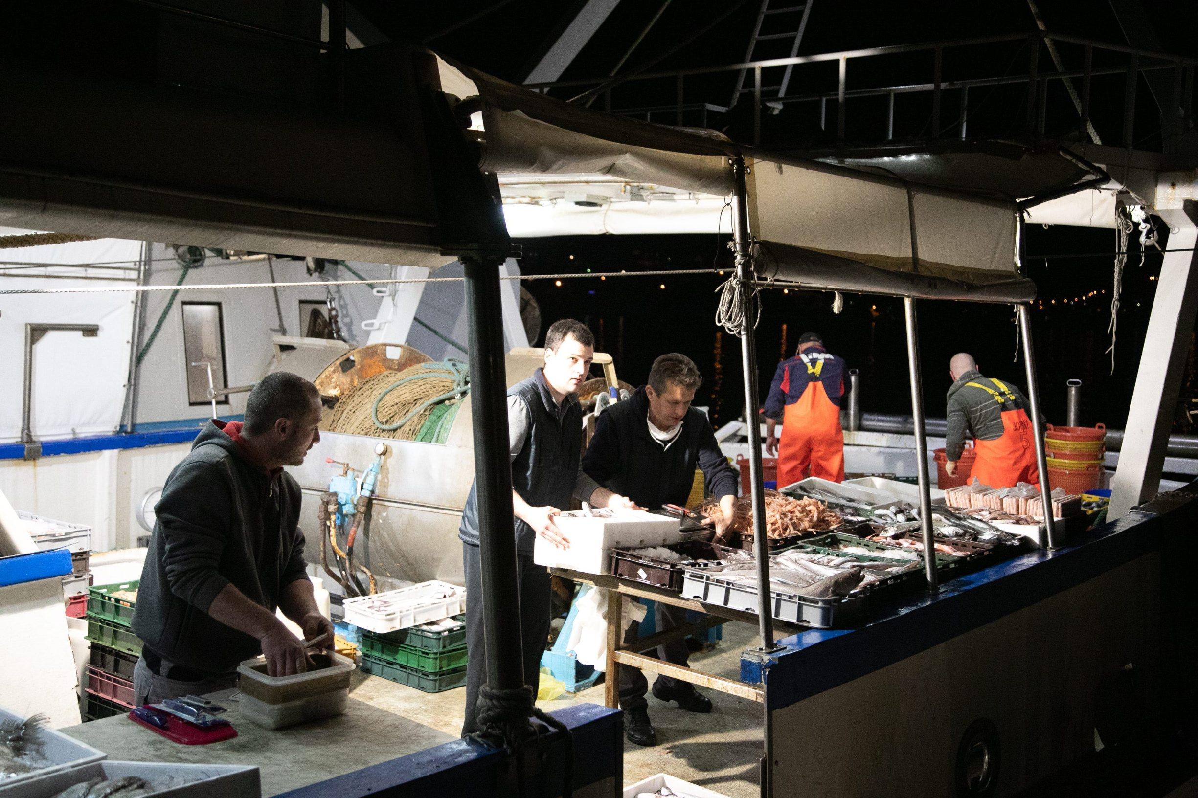Dubrovnik, 090420. U luku Gruz uplovile su koce Orka i Sika, prodaja ribe uoci Velikog petka izazvala je veliku guzvu. Zbog koronavirusa ribarnica je vec neko vrijeme zatvorena pa se svjeza riba kupuje izravno s koce. Foto: Bozo Radic / CROPIX