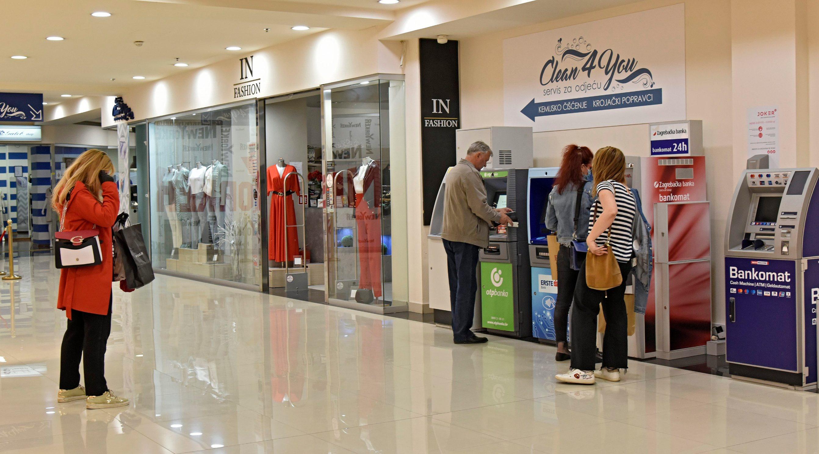 Split,110520 Shopping centar Joker. Danas je dopusteno otvaranje shoping centara u cijeloj Hrvatskoj kao dio popustanja mjera zastite od korona virusa. Na fotografiji: red na bankomatima. Foto: Josko Supic / CROPIX