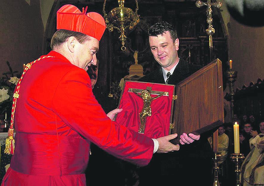 vrbnik, 040104 josip bozanic, prvi puta u rodnom vrbniku kao kardinal - nakon mise bozanicu urucen dar - srebrno zlatno raspelo - bozanic prima dar od toljanica, nacelnika opcine vrbnik foto tea cimas -desk-