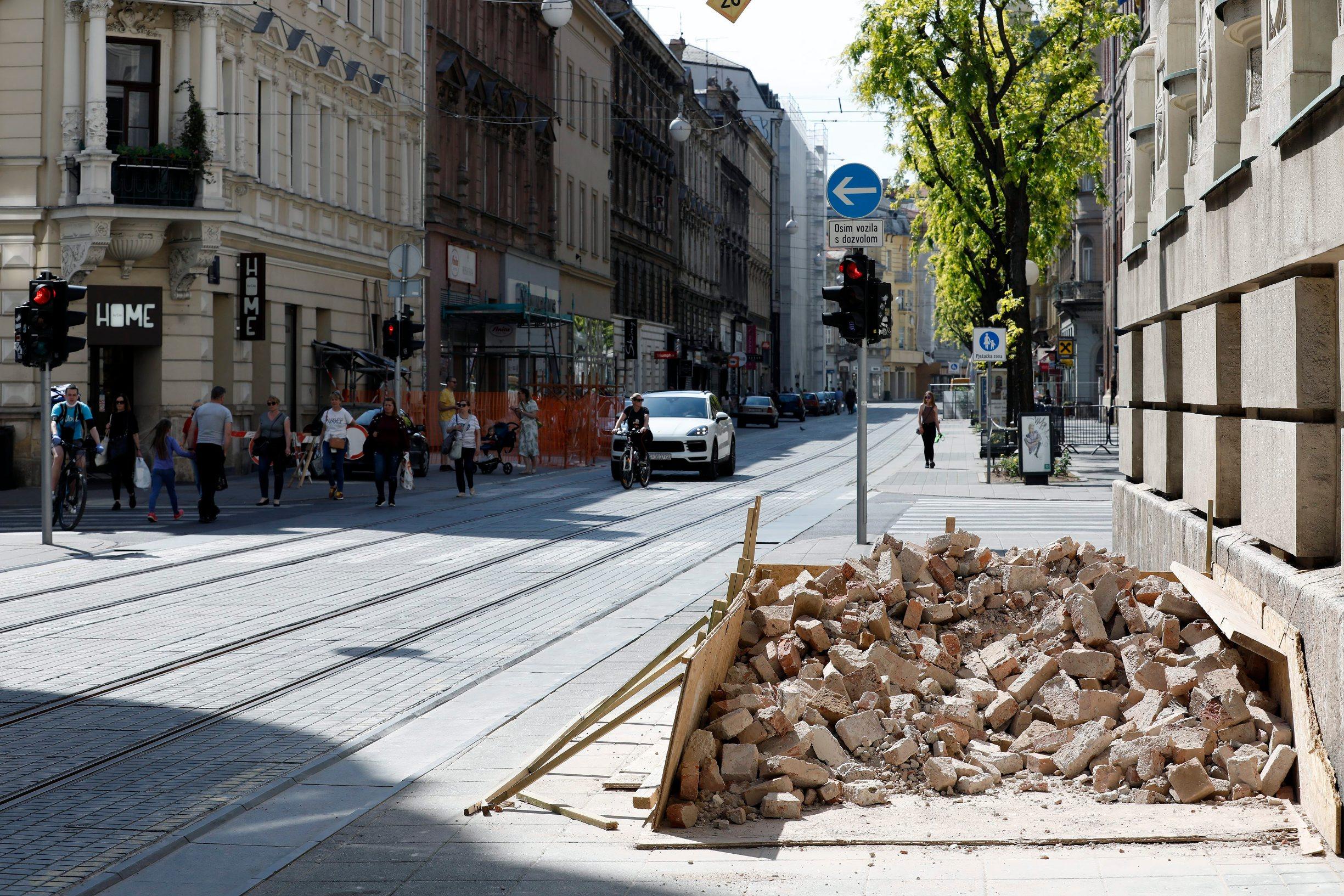 Zagreb, 090520. Grad 50 dana nakon potresa. Na fotografiji: stare cigle na nogostupu. Foto: Tomislav Kristo / CROPIX