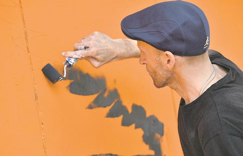 Zagreb, 210520. Draskoviceva. Danijel Zezelj, strip crtac, slikar, ilustrator osliakva trafo stanicu uz Traumatolosku bolnicu. Foto: Ronald Gorsic / CROPIX