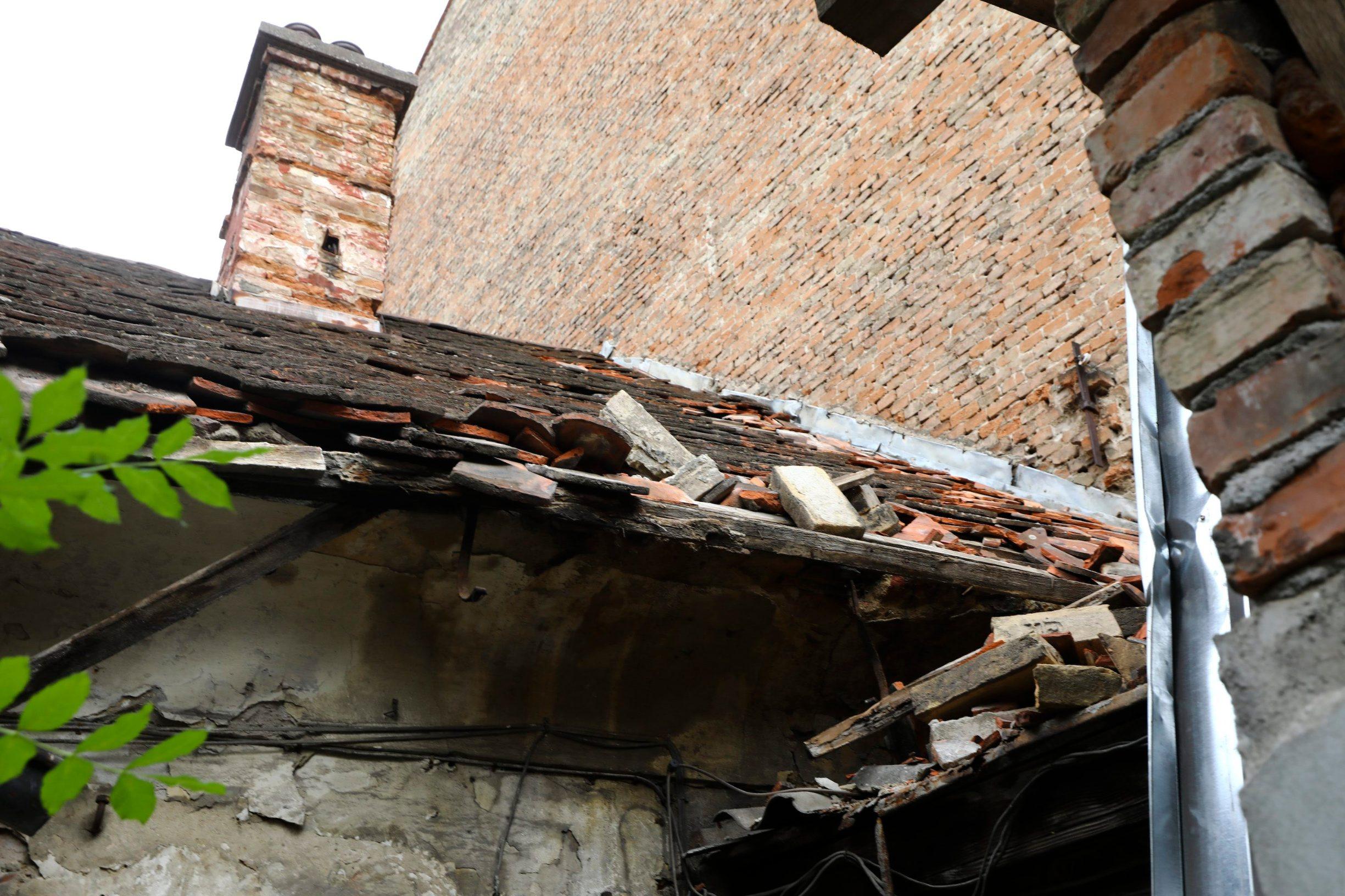 Zagreb, 140520. Branjugova 2. Na staru kucu srusila se cigla sa kuce pokraj nje. Foto: Zeljko Puhovski / CROPIX
