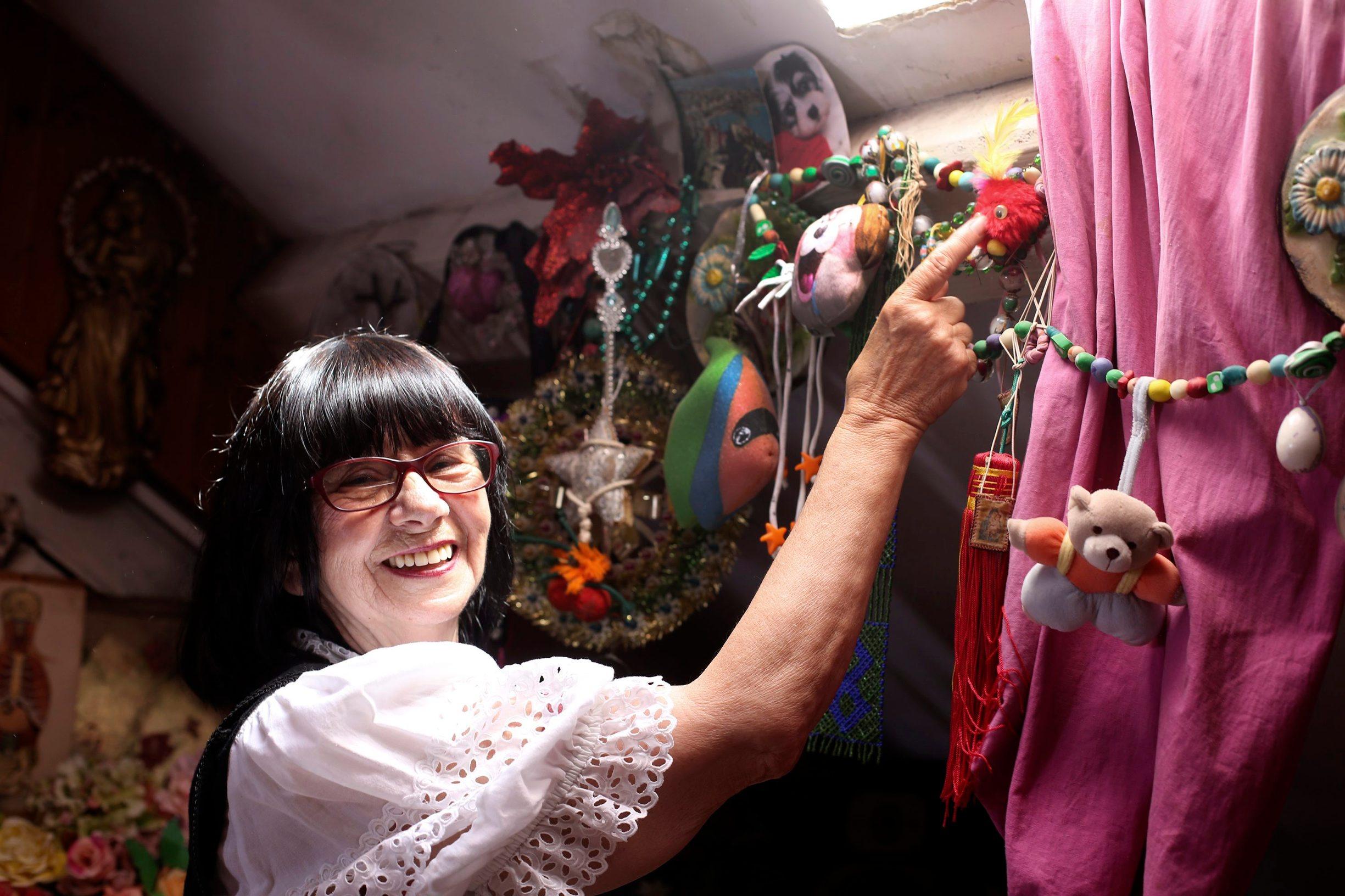 Zagreb, 080619. Zanimljiva profesorica, likovna umjetnica Jadranka Bacic skupljacica je stare odjece i zanimljivh predmeta od kojih ona stvara nove forma i materijale. Za reviju koja ce se dogoditi iz svoga velikoga fundusa ustupila je dio odjece za reviju i prodaju. Foto: Berislava Picek / CROPIX